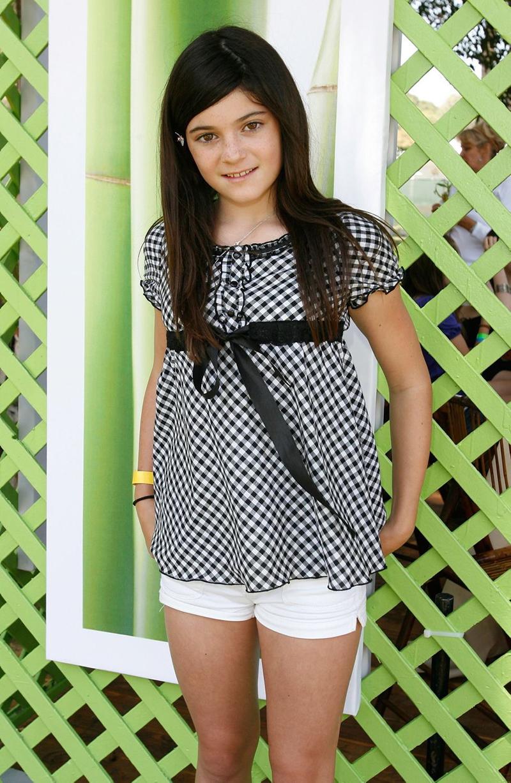 En el año 2008, a los 11 años, conun look aniñado de moños y hebillas en el pelo, minishort blanco y blusa en vichy blanca y negra con mangas japonesas