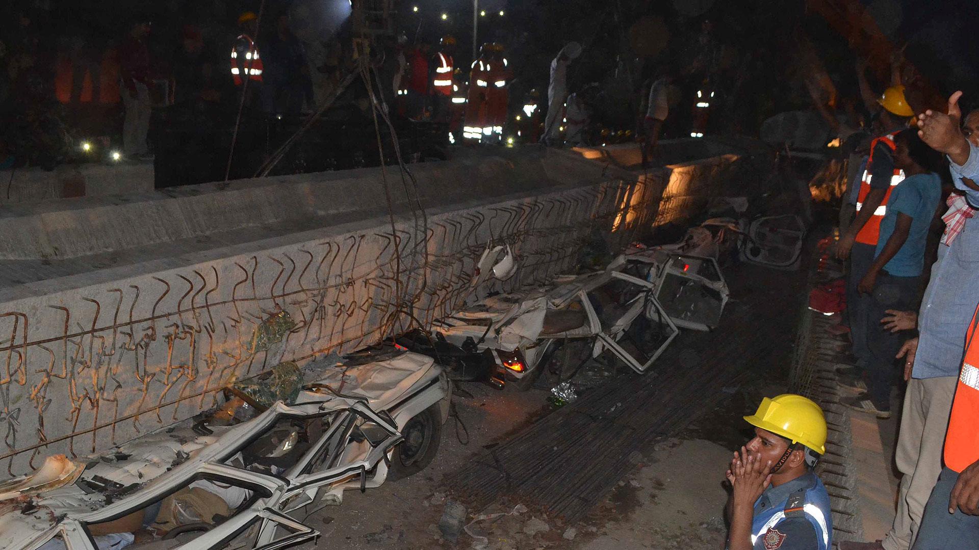 Al menos 16 personas murieron por el derrumbe de un puente en la India (Reuters)