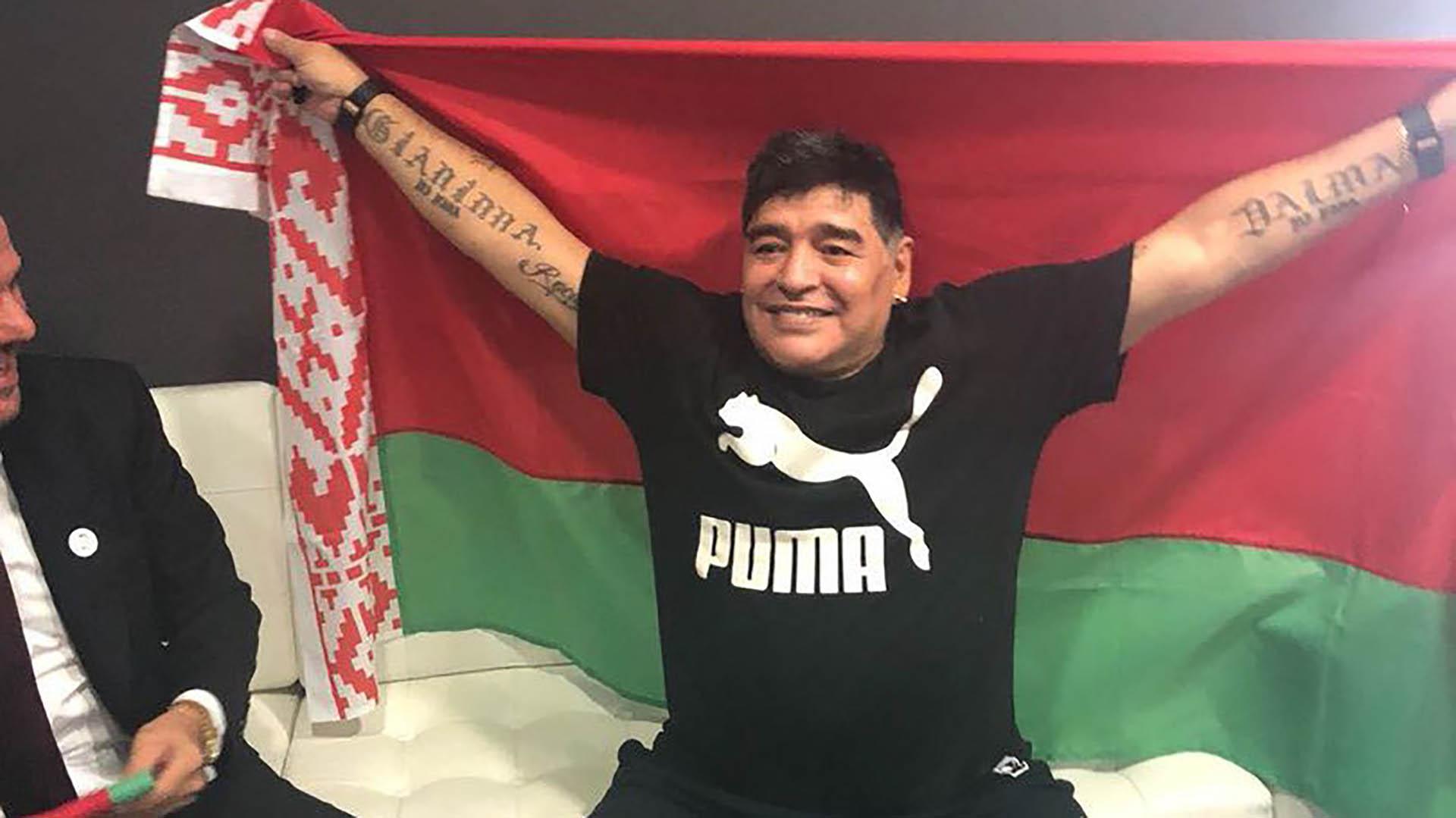 """La página web del club bielorruso mostró hoy fotos del Diez firmando el contrato, con la bandera del país y un expresivo: """"Sí, Diego con nosotros"""" (Foto: twitter @dynamobrest)"""