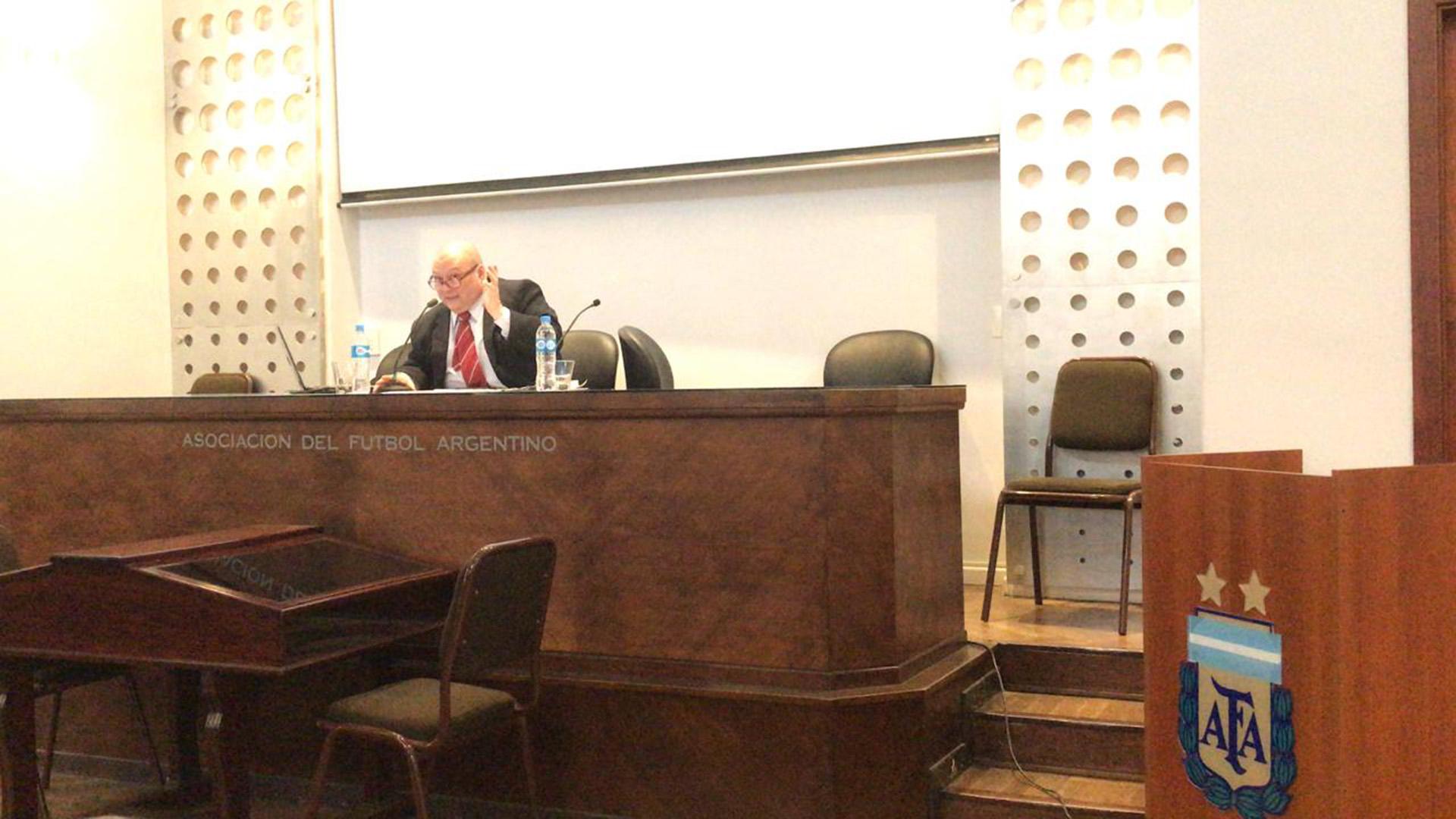 Eduardo Pennisi, el profesor a cargo de la charla en el salón del tercer piso de la AFA