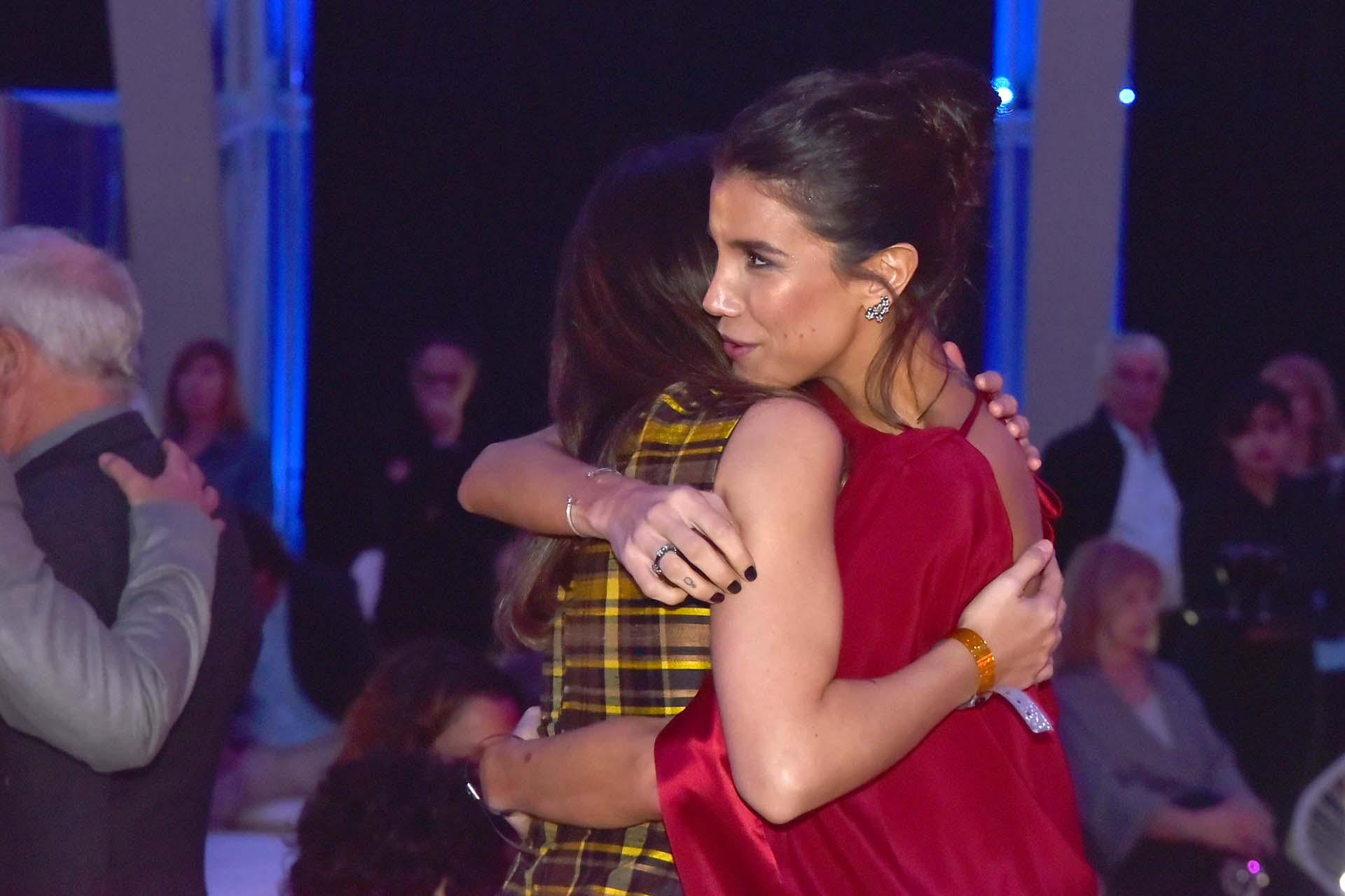 Andrea Rincón abrazada a Rosario Ortega