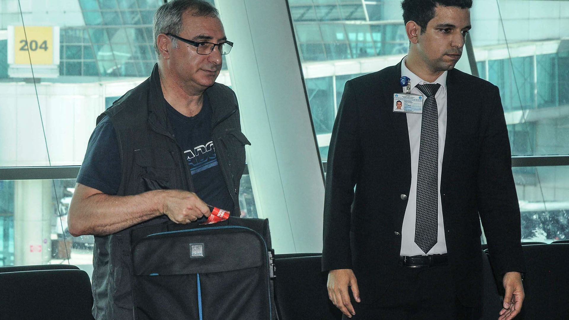 El embajador de Israel en Turquía, Eitan Naeh, al irse del país(AFP PHOTO / DHA / DOGAN NEWS AGENCY / Turkey OUT)