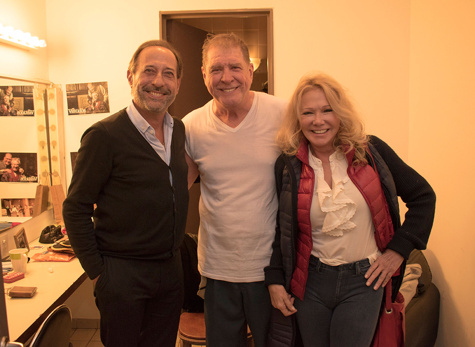 Guillermo Francella y Soledad Silveyra saludan a Arturo Puig después de la función estreno de 'El vestidor'