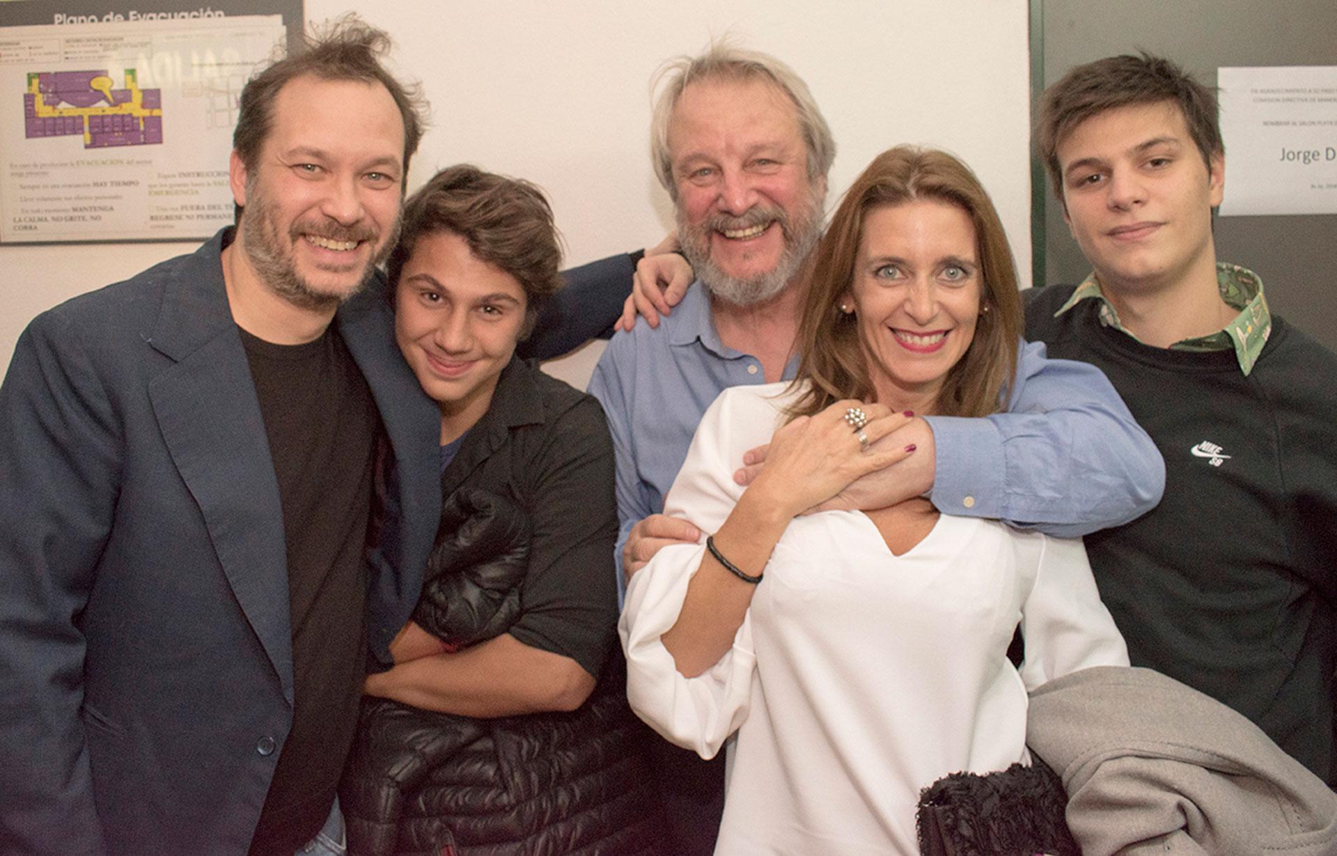 Jorge Marrale rodeado por sus hijos