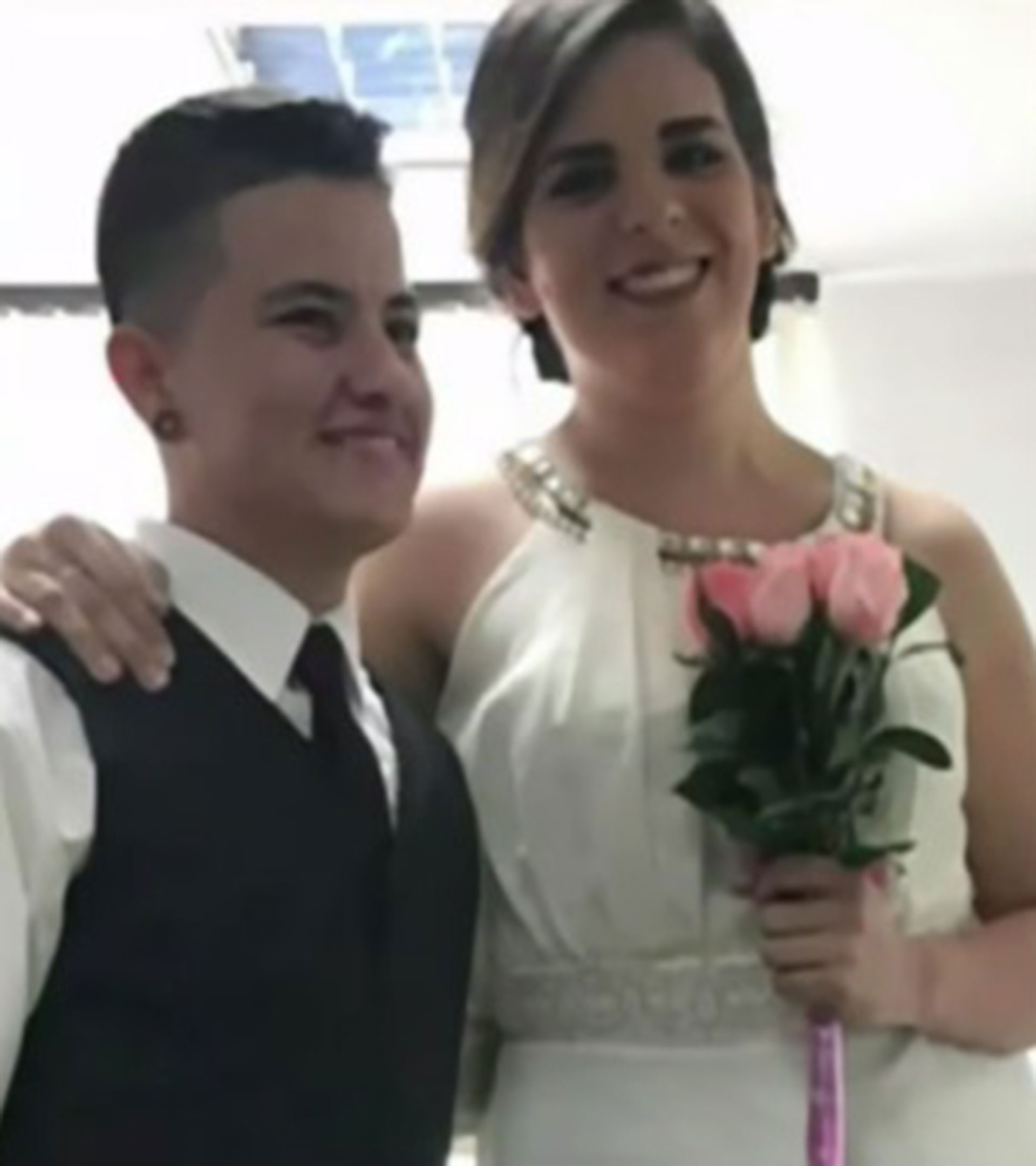 Andrés Santiago Zuluaga y María González, ambos de 25 años, son la primera pareja transgénero en casarse en Colombia. (Foto captura de video Caracol Noticias)