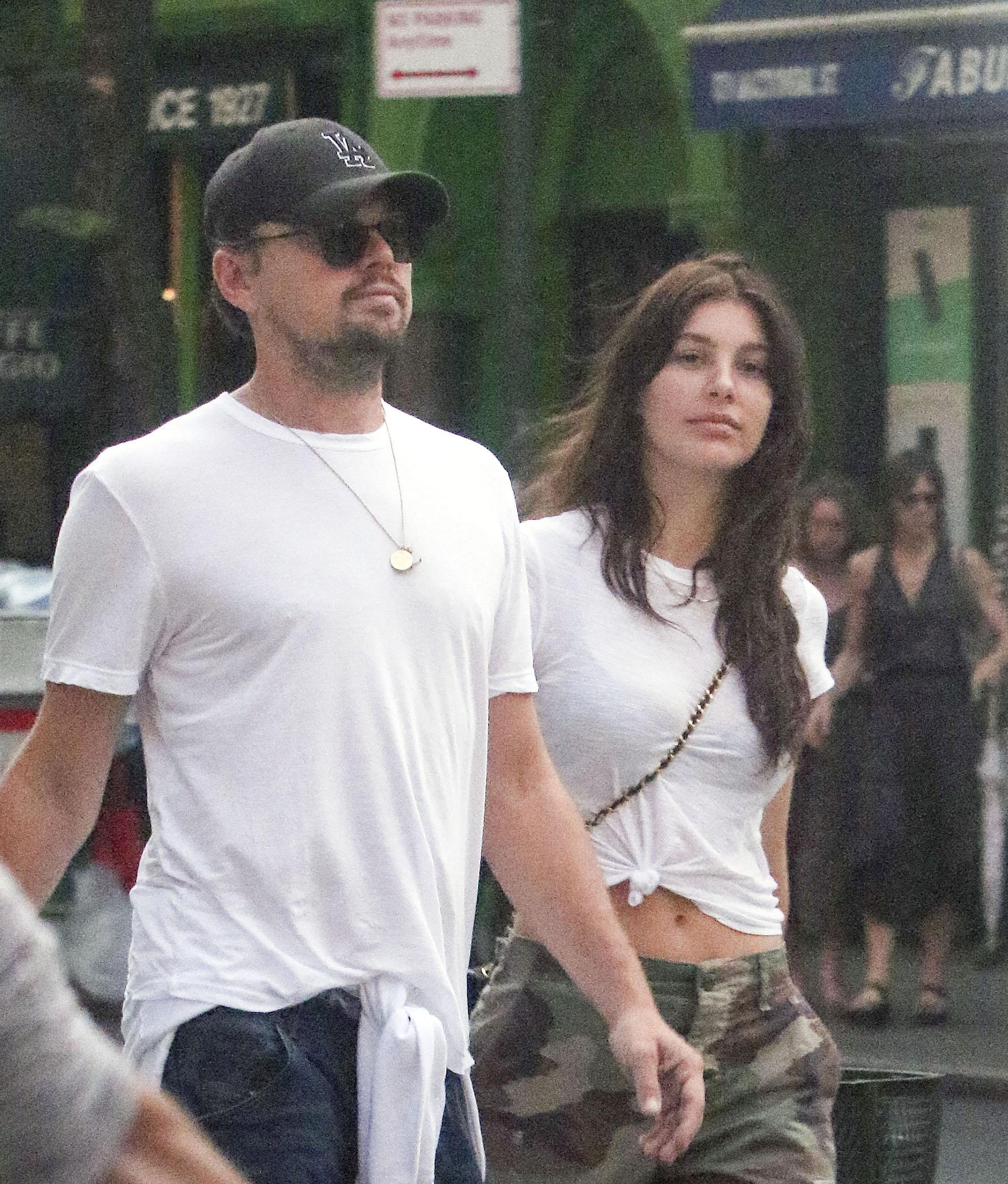 Leonardo DiCaprio y Camila Morrone caminando juntos por Nueva York (The Grosby Group)