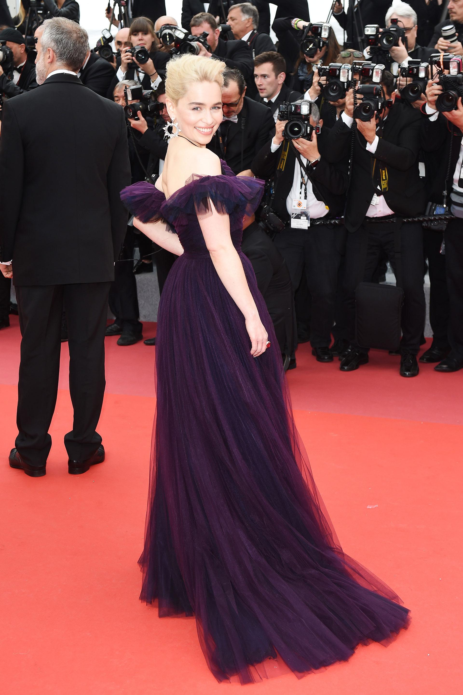 Emilia Clarke sobre la red carpet de Cannes (Foto by Antony Jones/Getty Images for Disney)