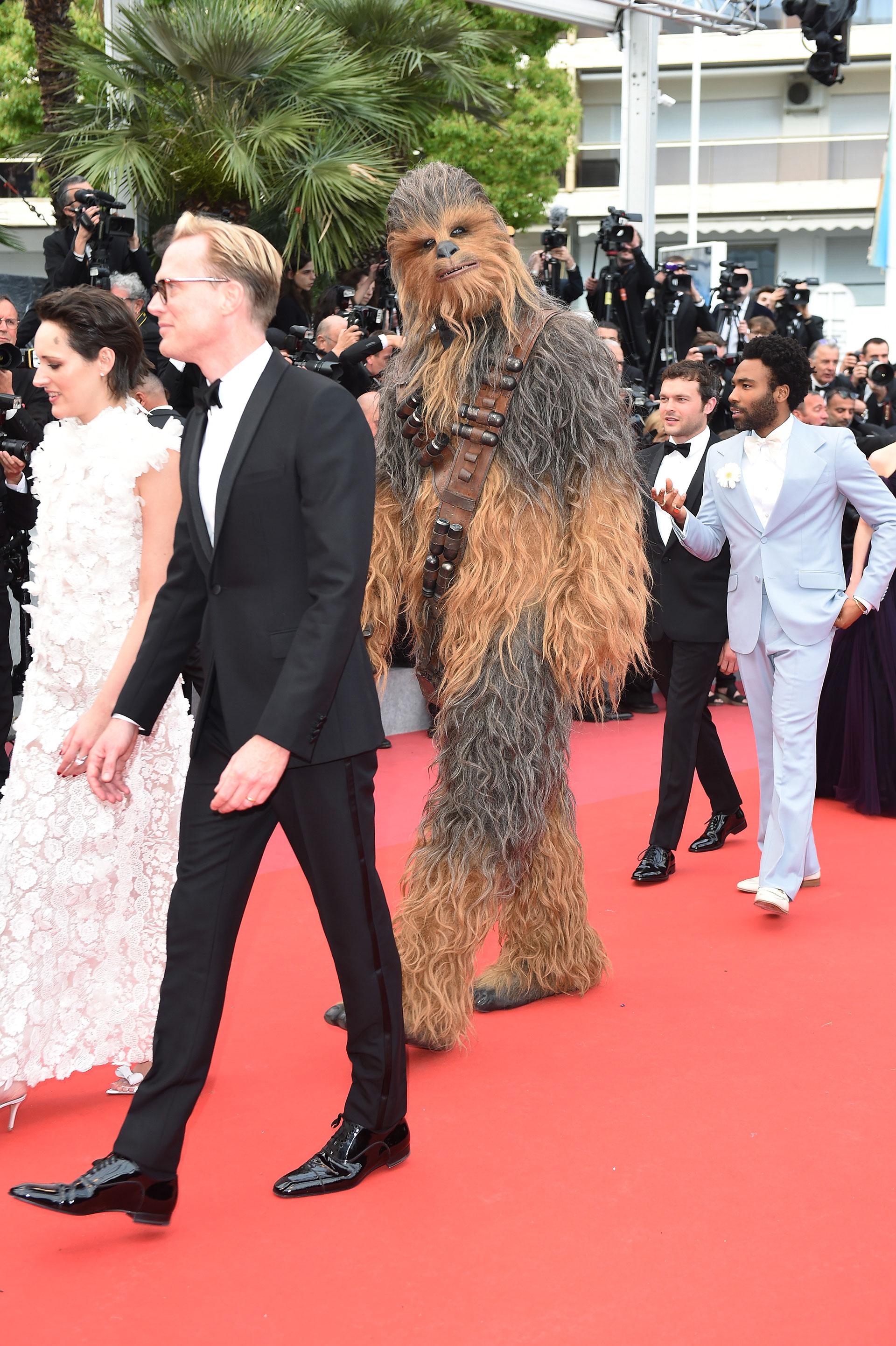 Phoebe Waller Bridge, Paul Bettany, Chewbacca, Donald Glover y Alder Ehrenreich en la premier de Han Solo: una historia de Star Wars en Cannes. (Foto by Antony Jones/Getty Images for Disney)