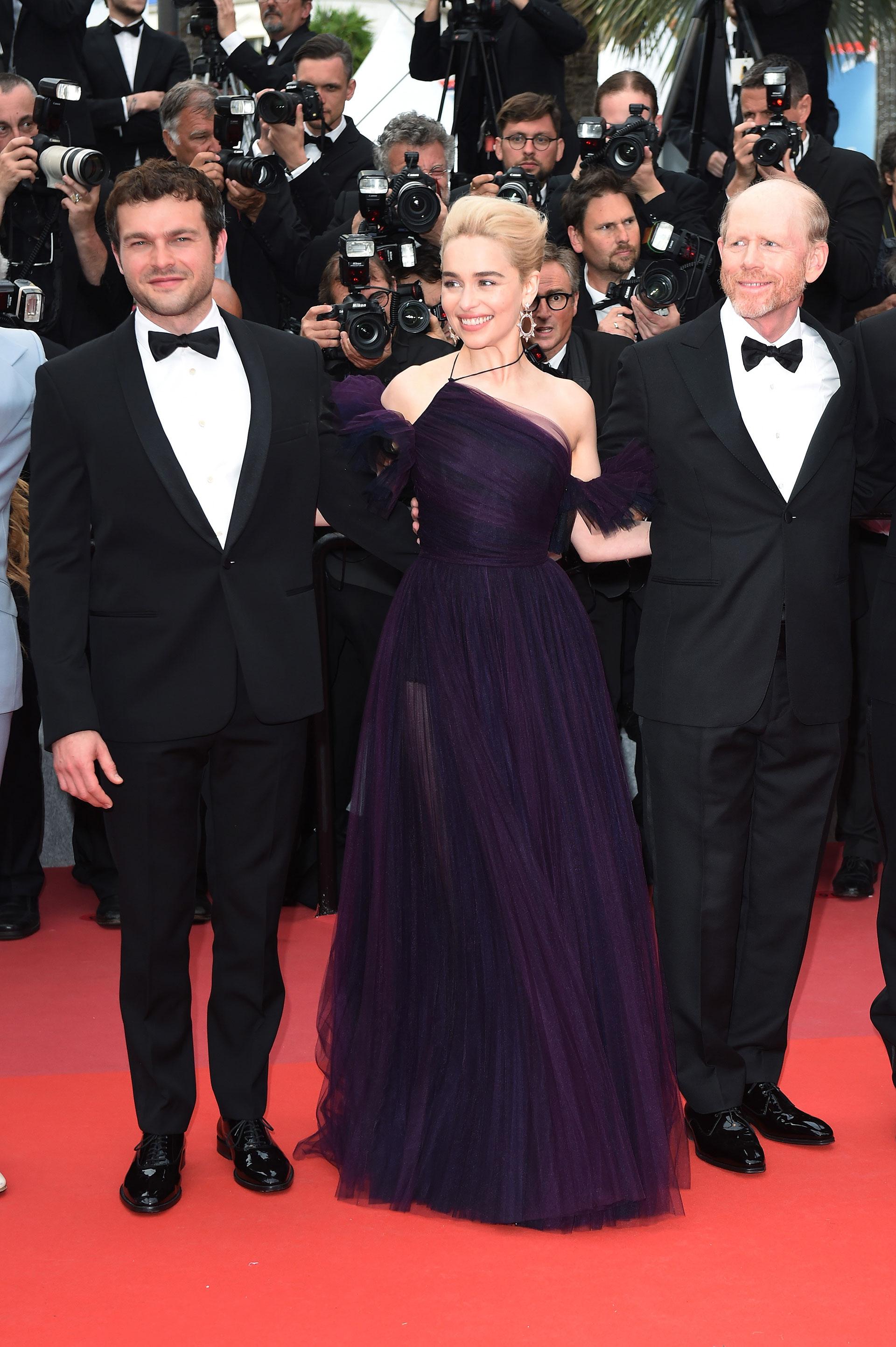 Alden Ehrenreich, Emilia Clarke y el director Ron Howard (Foto by Antony Jones/Getty Images for Disney)