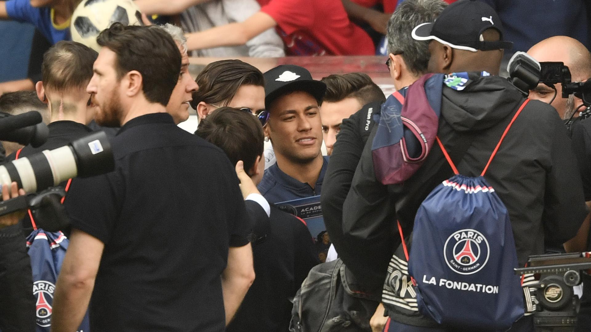 Neymar estuvo presente en la práctica a puertas abiertas del PSG de este miércoles (AFP)