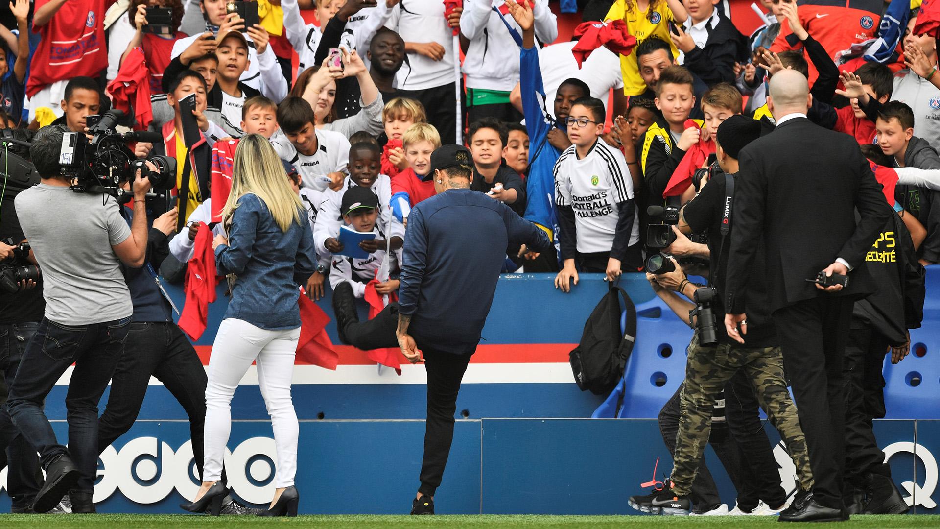 Neymar regaló algunos balones a los jóvenes aficionados (AFP)