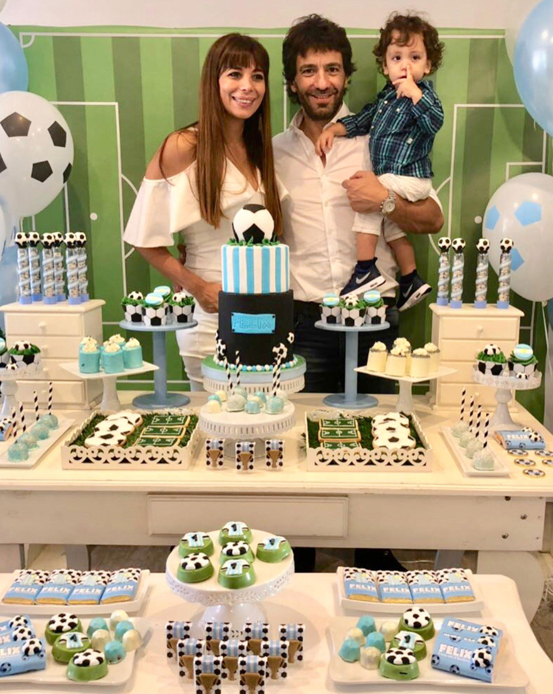 Ximena Capristo y Gustavo Conti junto a Félix, celebrando el bautismo (Foto: Instagram)