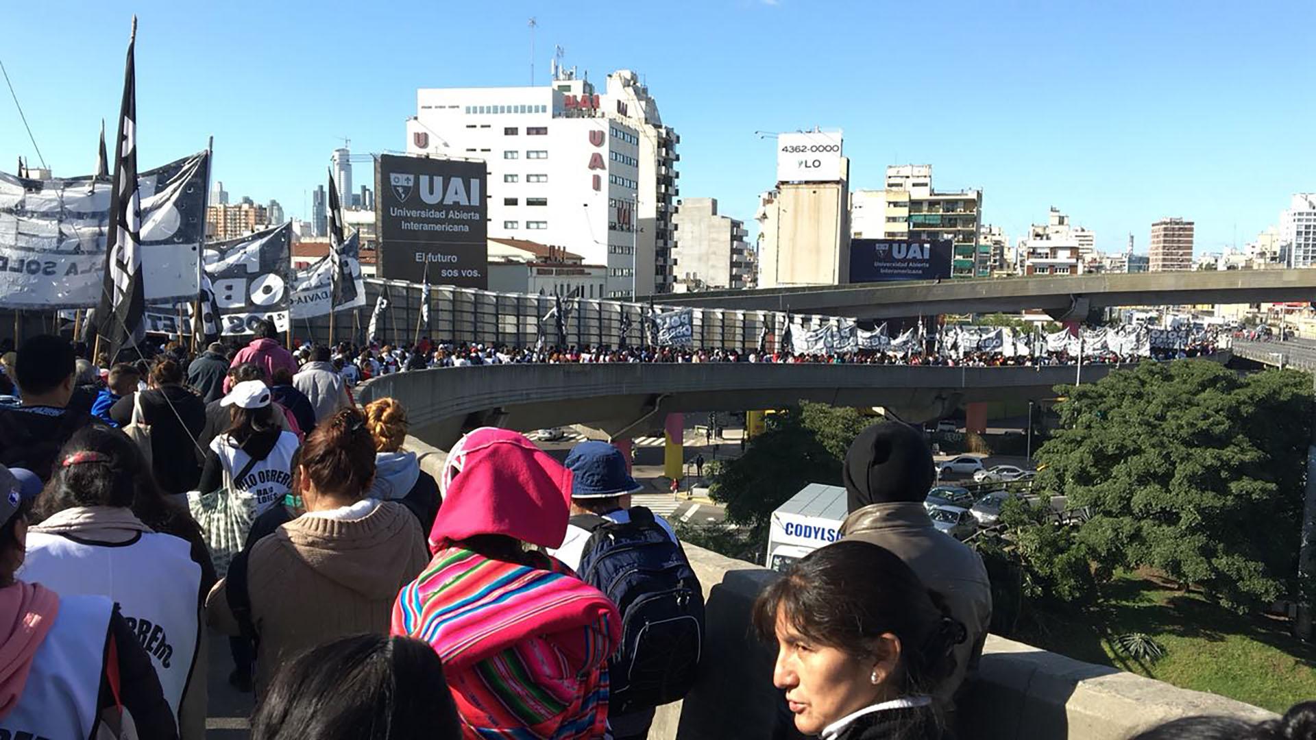 Los manifestantes en la bajada de la autopista 25 de mayo