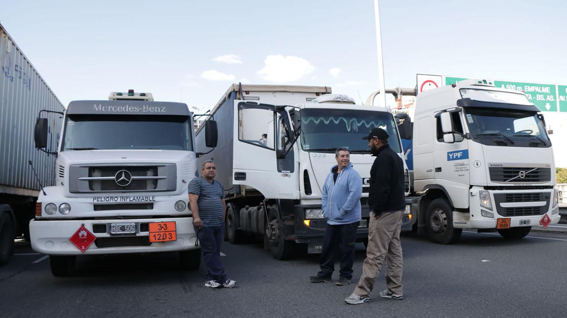 Camioneros esperan frente al corte de la autopista