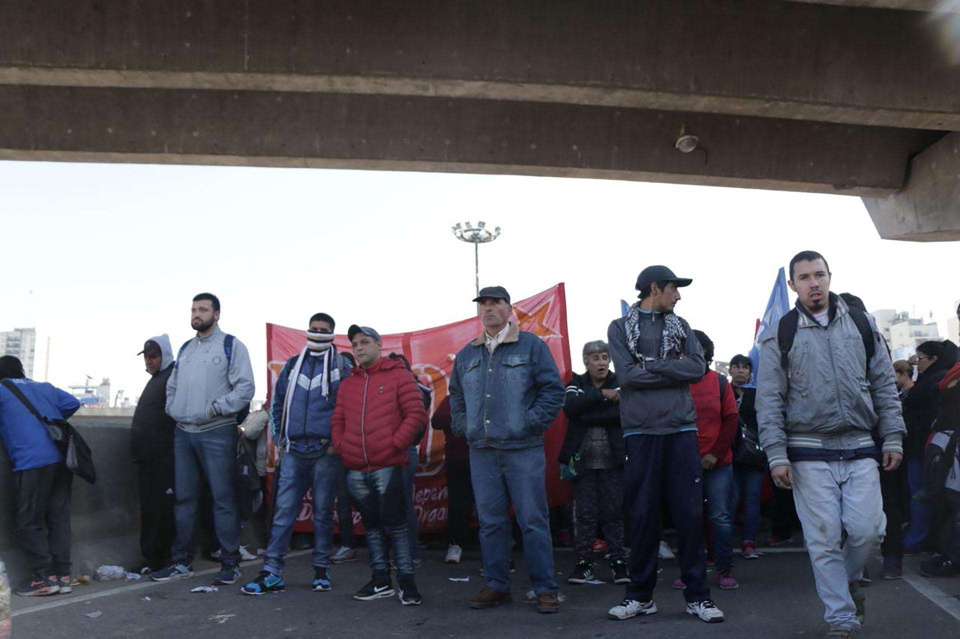 Militantes de agrupaciones de izquierda en uno de los puentes