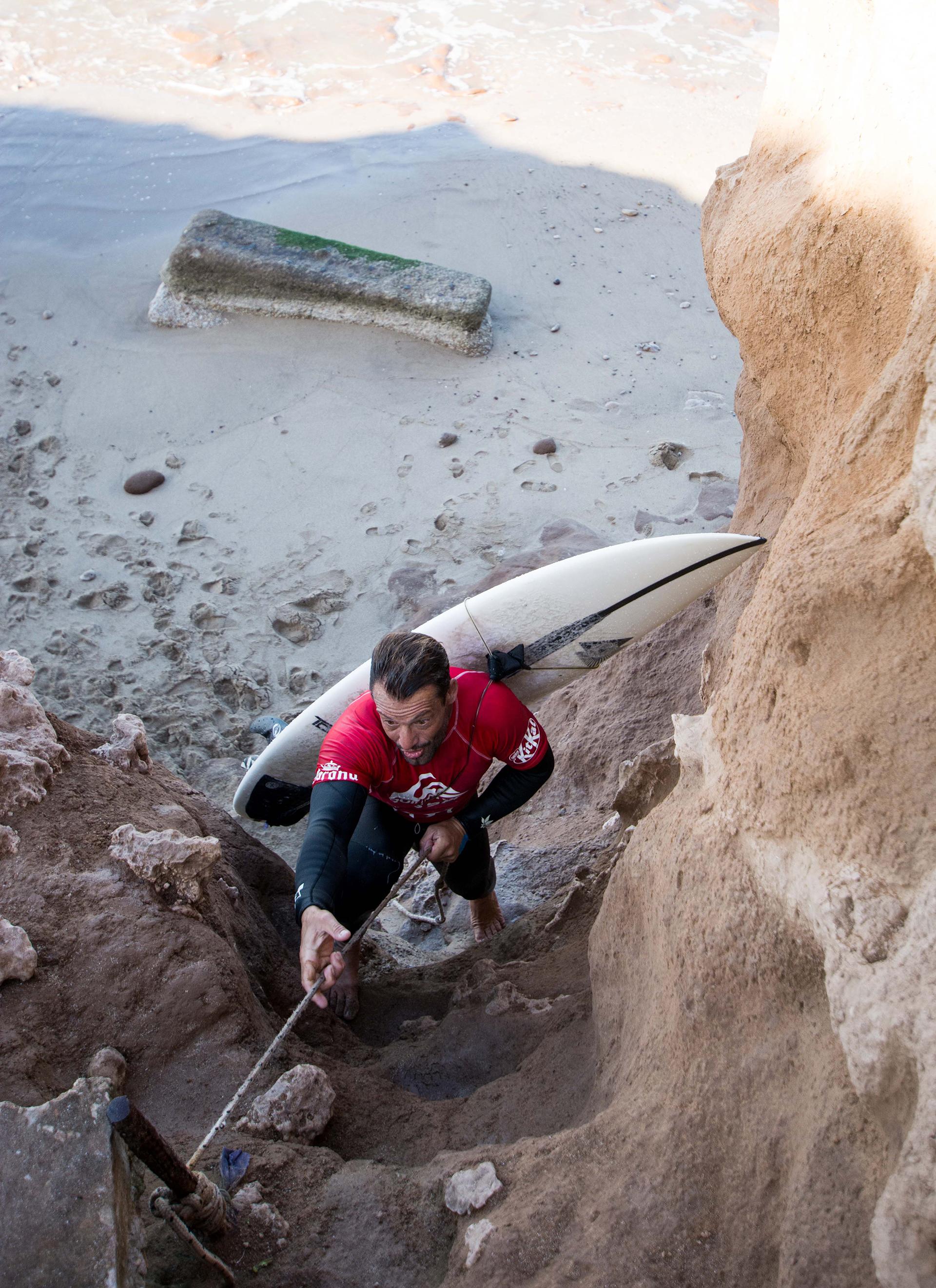 Vértigo en primera persona, la odisea que tenían que pasar los surfistas para llegar al mar