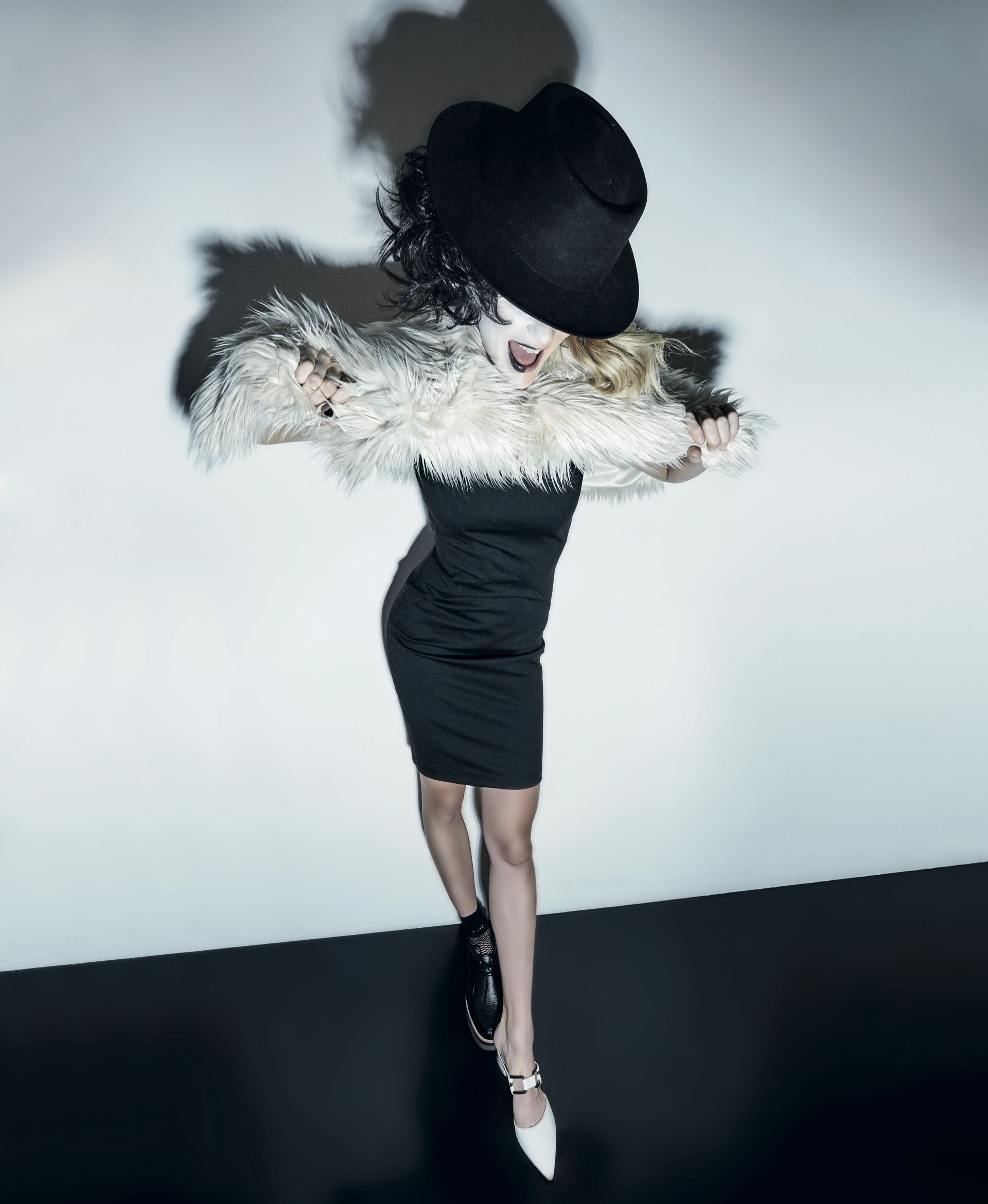 Tapado de pelo ($ 6.239, Melocotón), vestido al cuerpo con cierre en la espalda ($ 3.686, Calvin Klein), acordonado de cuero con base de goma ($ 2.700, Viamo) y zueco de cuero grabado con hebilla($ 5.200, Uma).