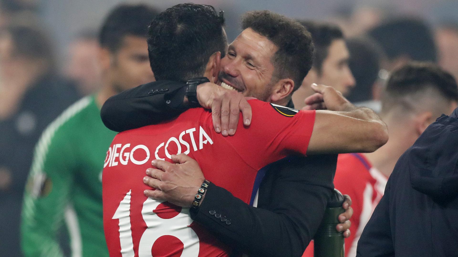 """El """"Cholo"""" y un abrazo interminable con uno de sus jugadores fetiche: Diego Costa (Reuters/Peter Cziborra)"""
