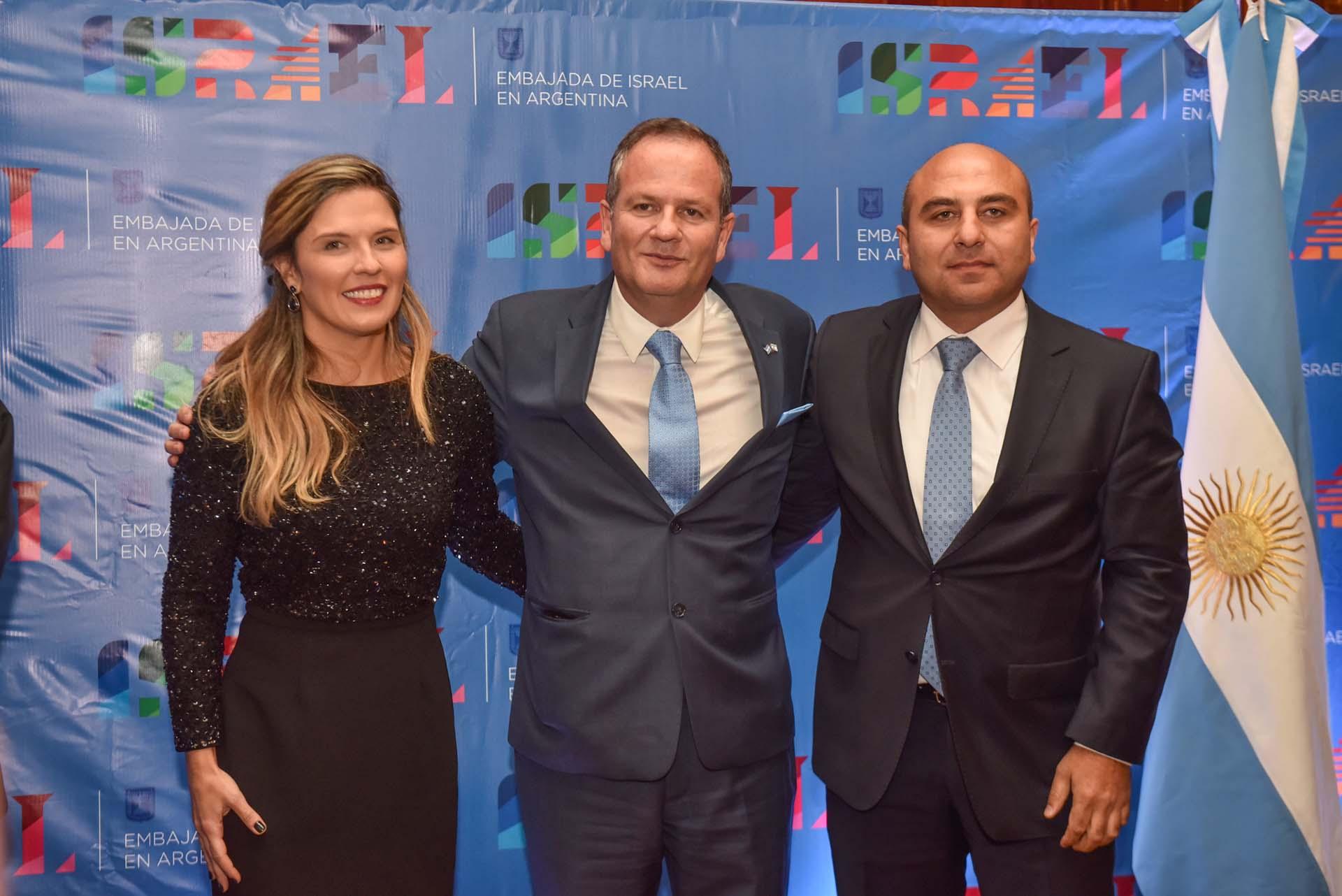 Ilán Sztulman y su mujer Jacqueline junto al embajador de Azerbaiyán, Rashad Aslanov