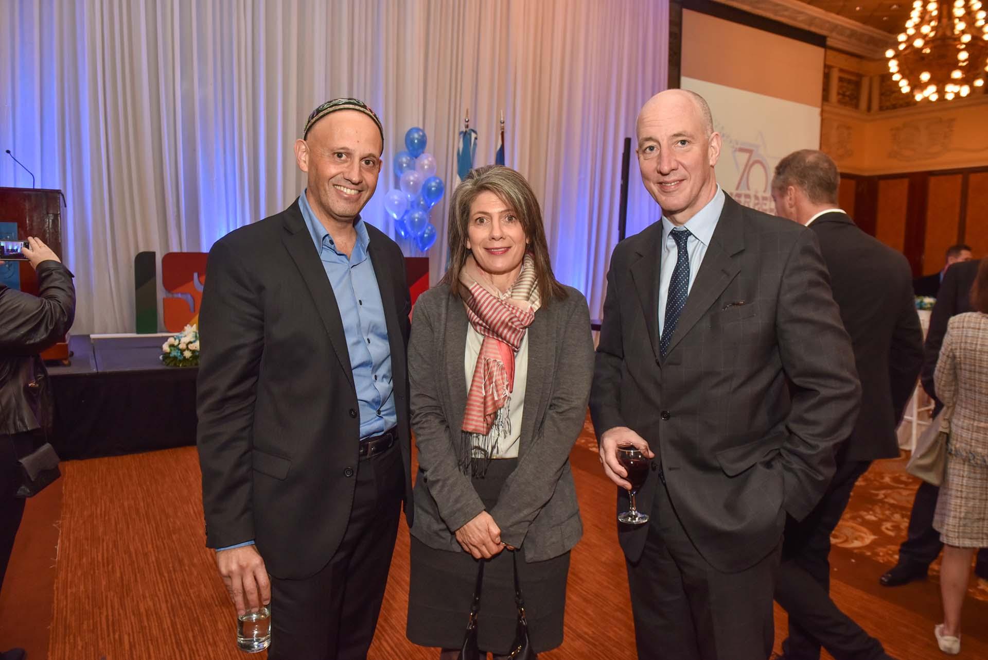 El ministro de Ambiente, Sergio Bergman, junto al embajador Mark Kent y señora