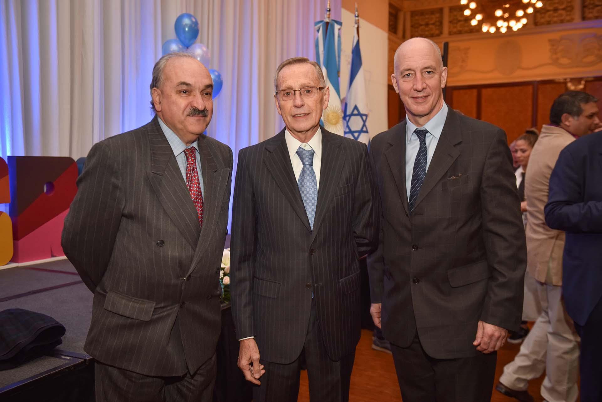 Pedro Villagra, Adalberto Rodríguez Giavarini y Mark Kent, embajador del Reino Unido