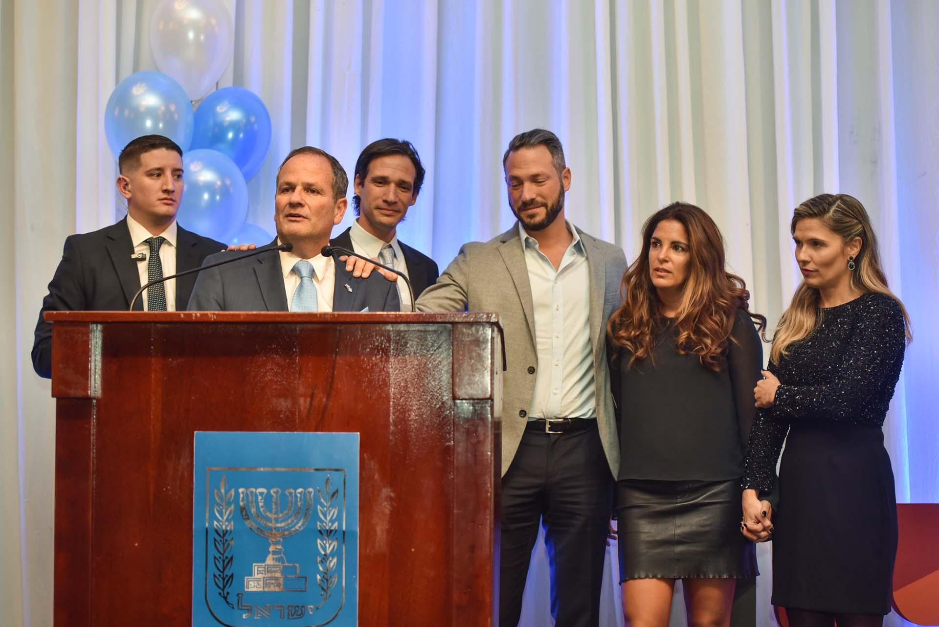 El embajador de Israel hizo un emotivo discurso en el que incluyó la historia de su familia