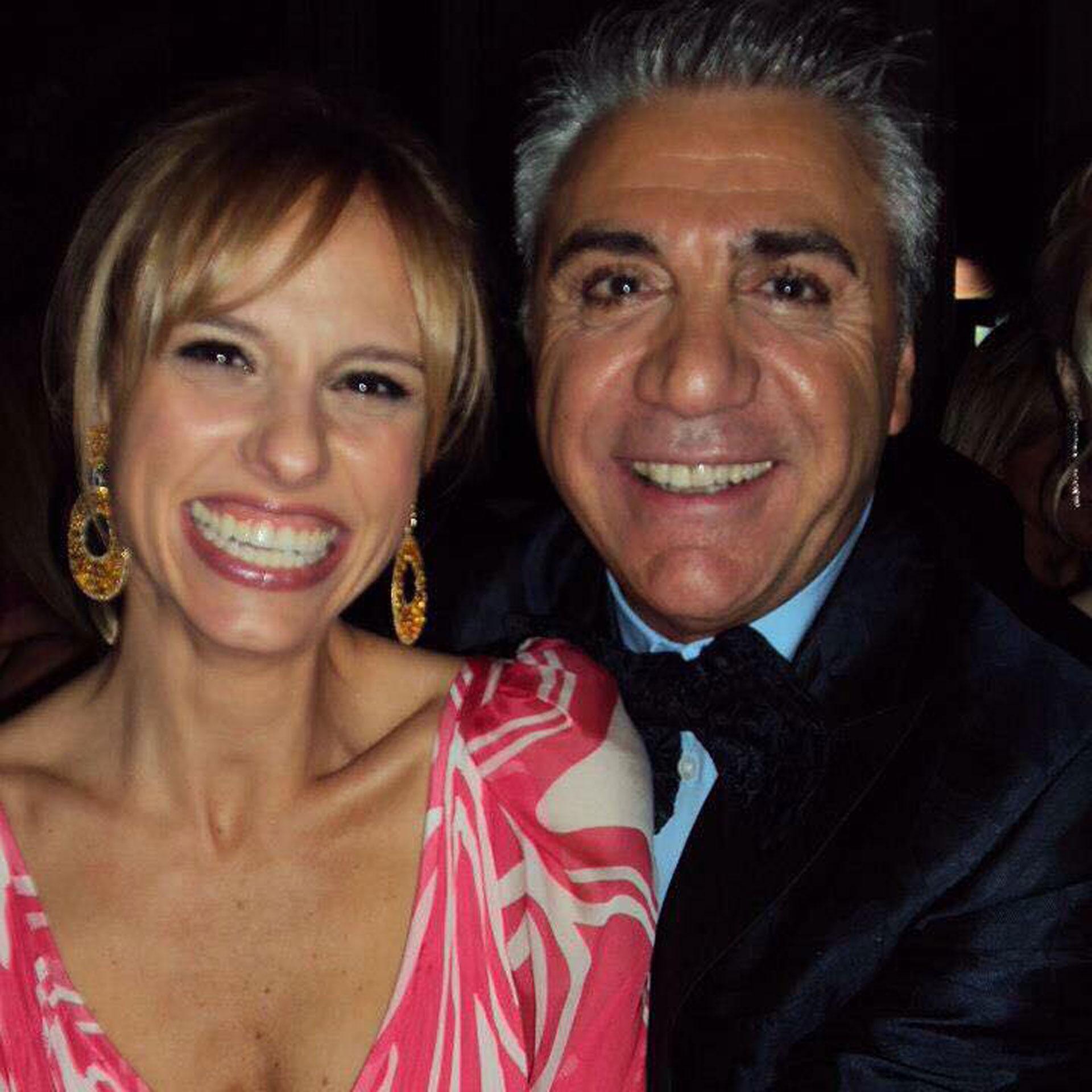 Abrazado a la conductora Mariana Fabbiani