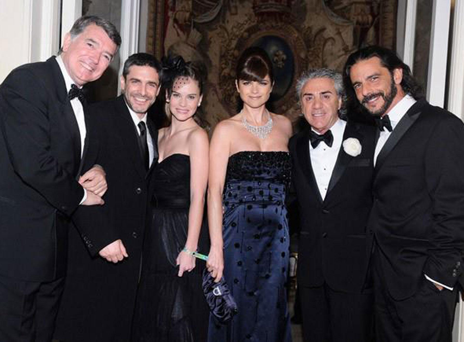 El diseñador junto a Pancho Dotto, Leonardo Sbaraglia, Luz Cipriota, Araceli González y Fabián Mazzei