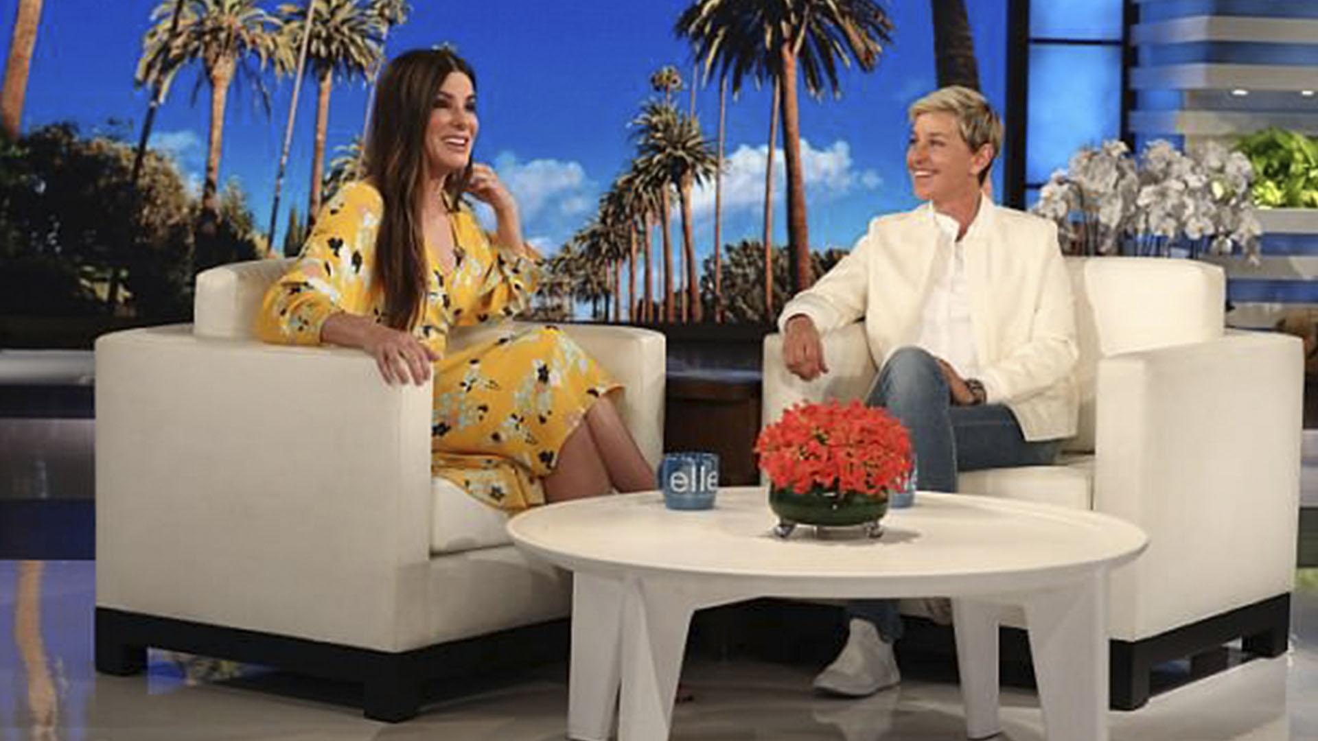 """Sandra Bullock y Ellen DeGeneres, durante The Ellen Show. Allí, la actriz explicó de qué se trata el tratamiento conocido como """"pene facial"""""""