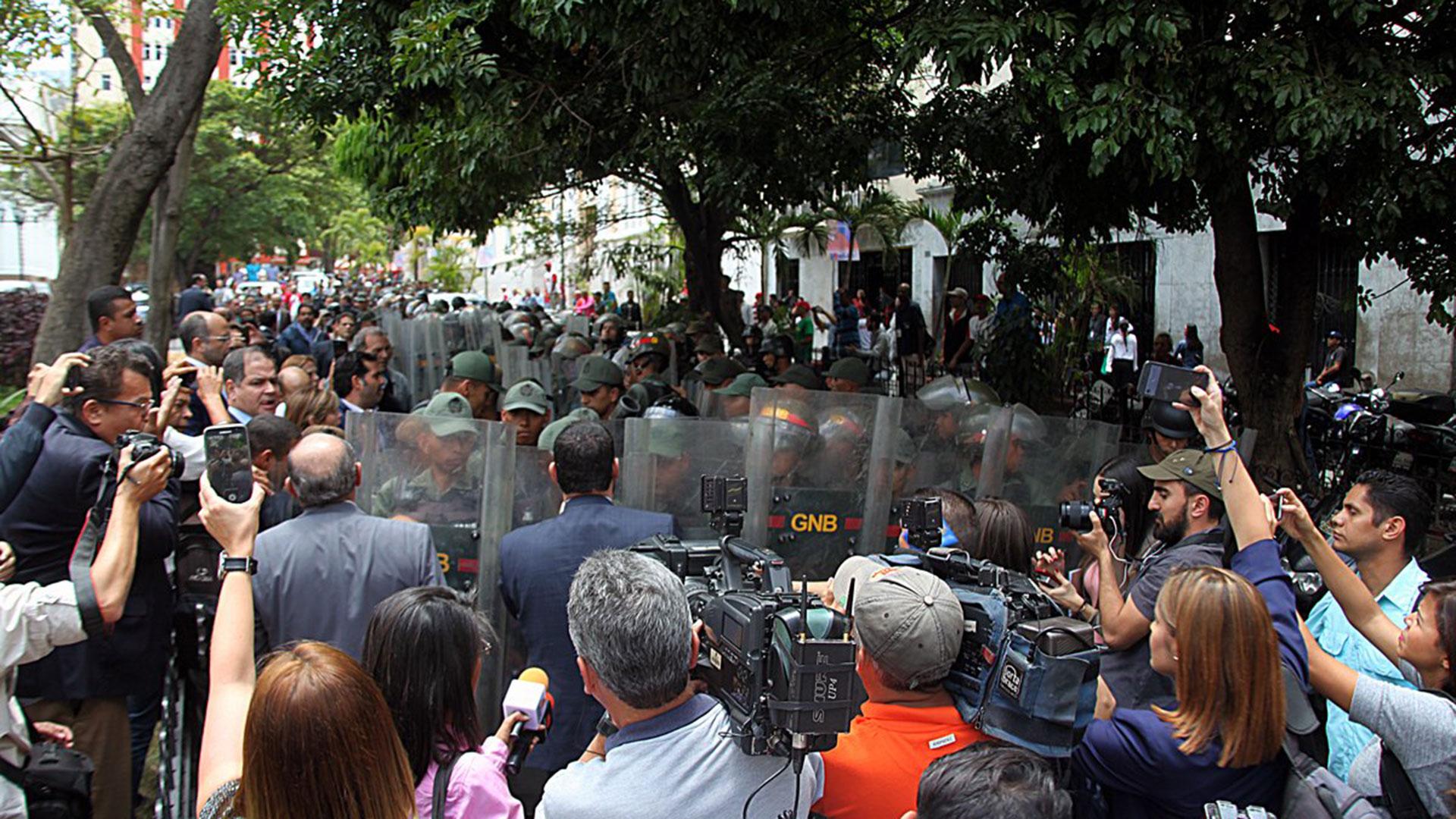 El régimen de Nicolás Maduro volvió a reprimir en el Parlamento