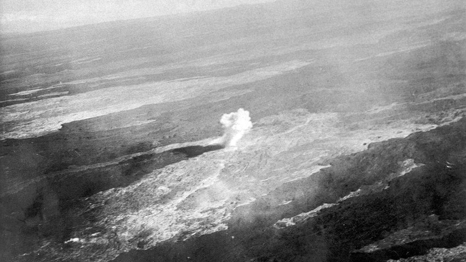 Una bomba detona en el volcán Mauna Loa el 27 de diciembre de 1935. El plan fueideado por Thomas Jaggar y ejecutado por George S. Patton