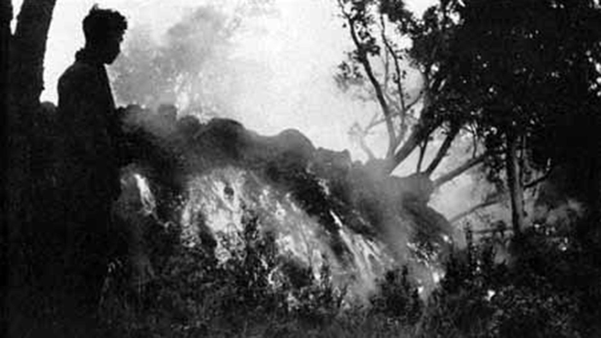 El avance de la lava que emanaba del volcán Mauna Loa y que se dirigía directo contra la ciudad de Hilo, en diciembre de 1935