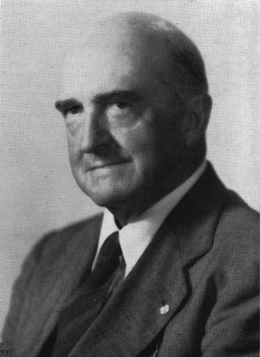 """Thomas Jaggar, el """"Decano de los vulcanólogos del Pacífico"""", como se lo conoció, fue quien imaginó que un bombardeo sobre un volcán podría modificar su comportamiento. Probó su teoría con la ayuda del por entonces teniente coronel George Patton"""