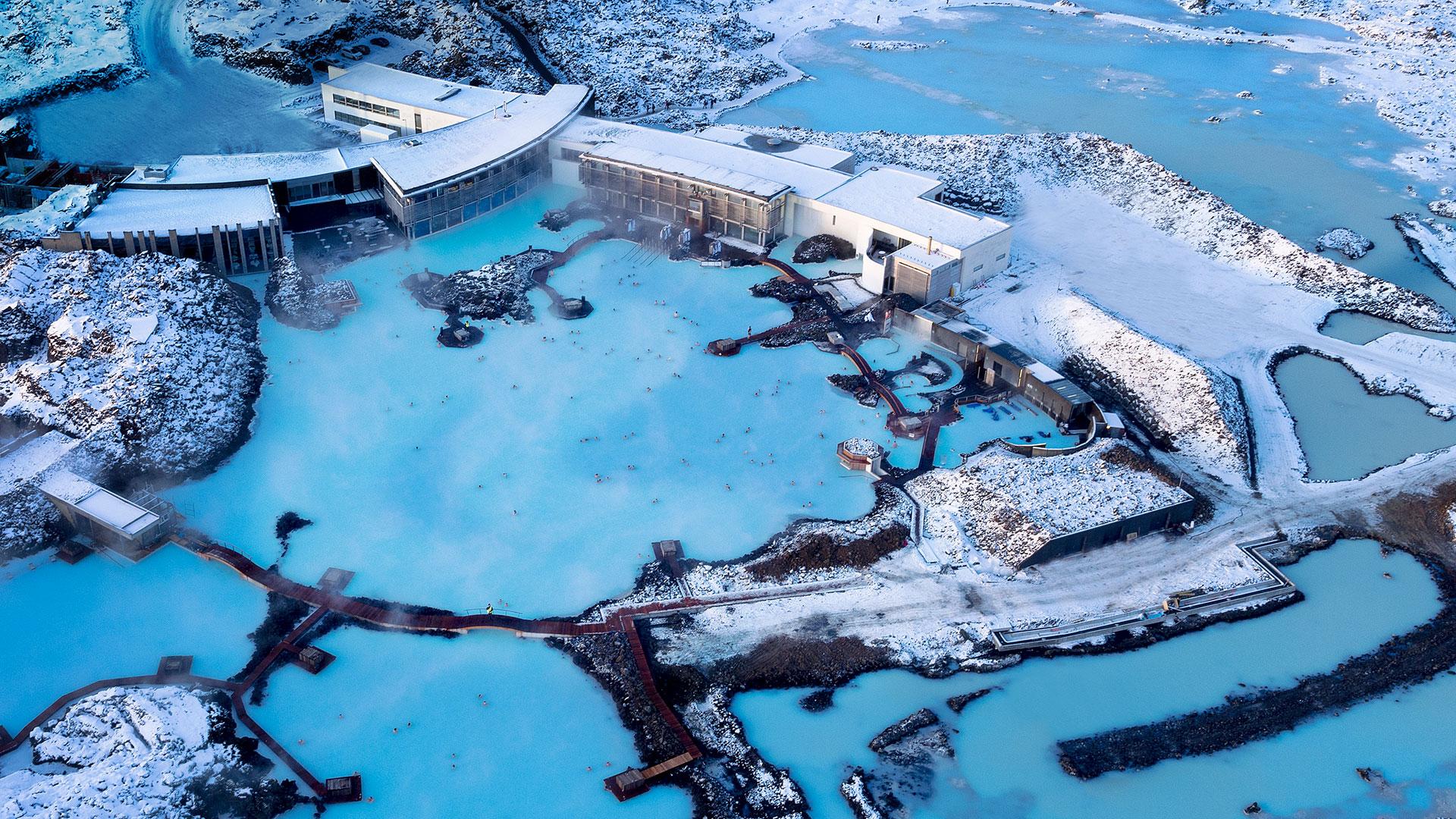 Bláa Lónid (Laguna Azul), una laguna termal en medio de un campo de lava. Tiene color turquesa por la gran presencia de minerales como el sílice. Es la principal atracción turística de Islandia