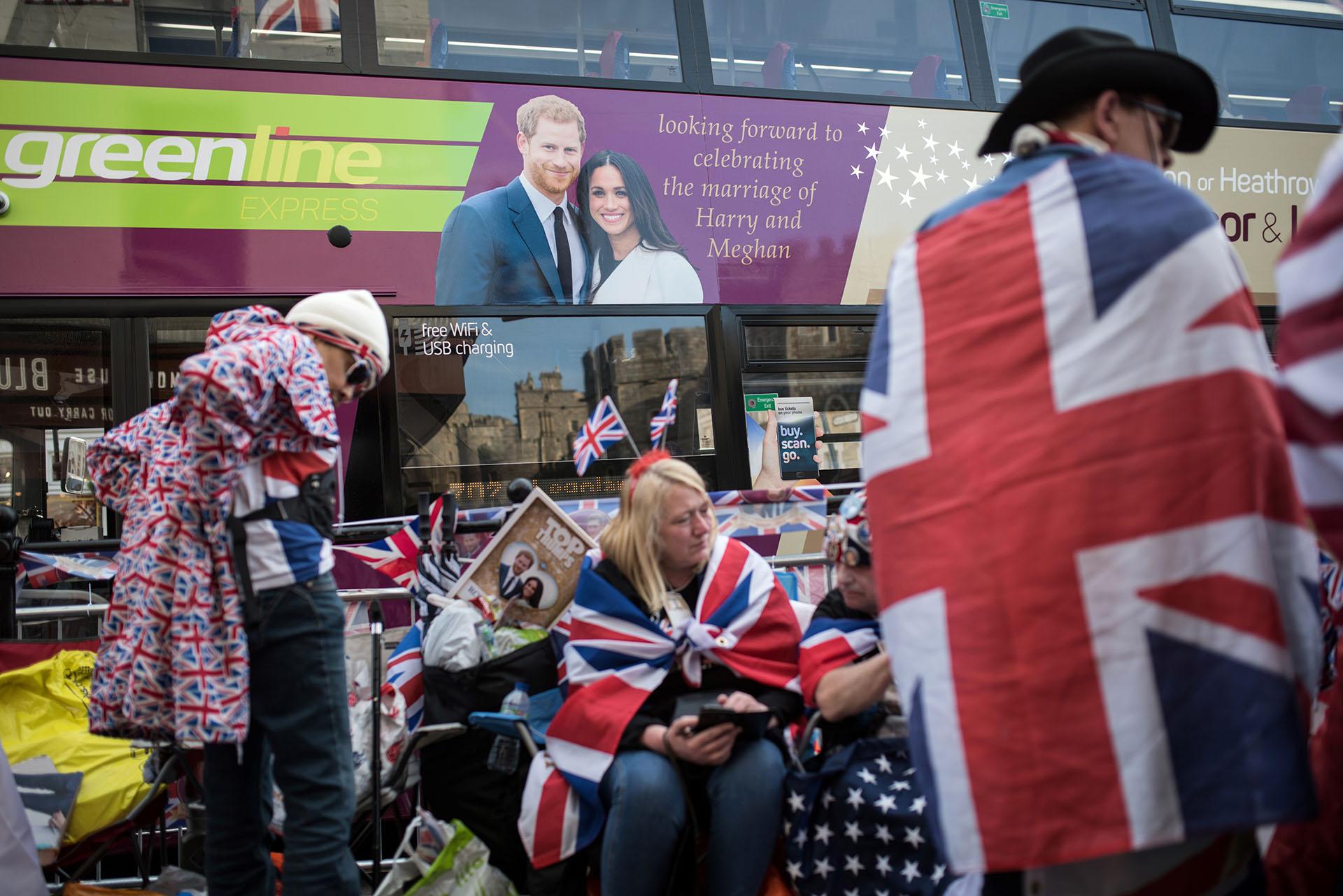 La imagen de los futuros duques de Sussex invadió hasta el transporte público