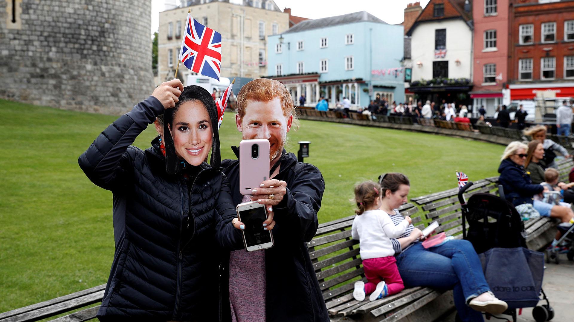 Gran expectativa en las afueras del castillo Windsor por la boda real de Meghan Markle y el príncipe Harry