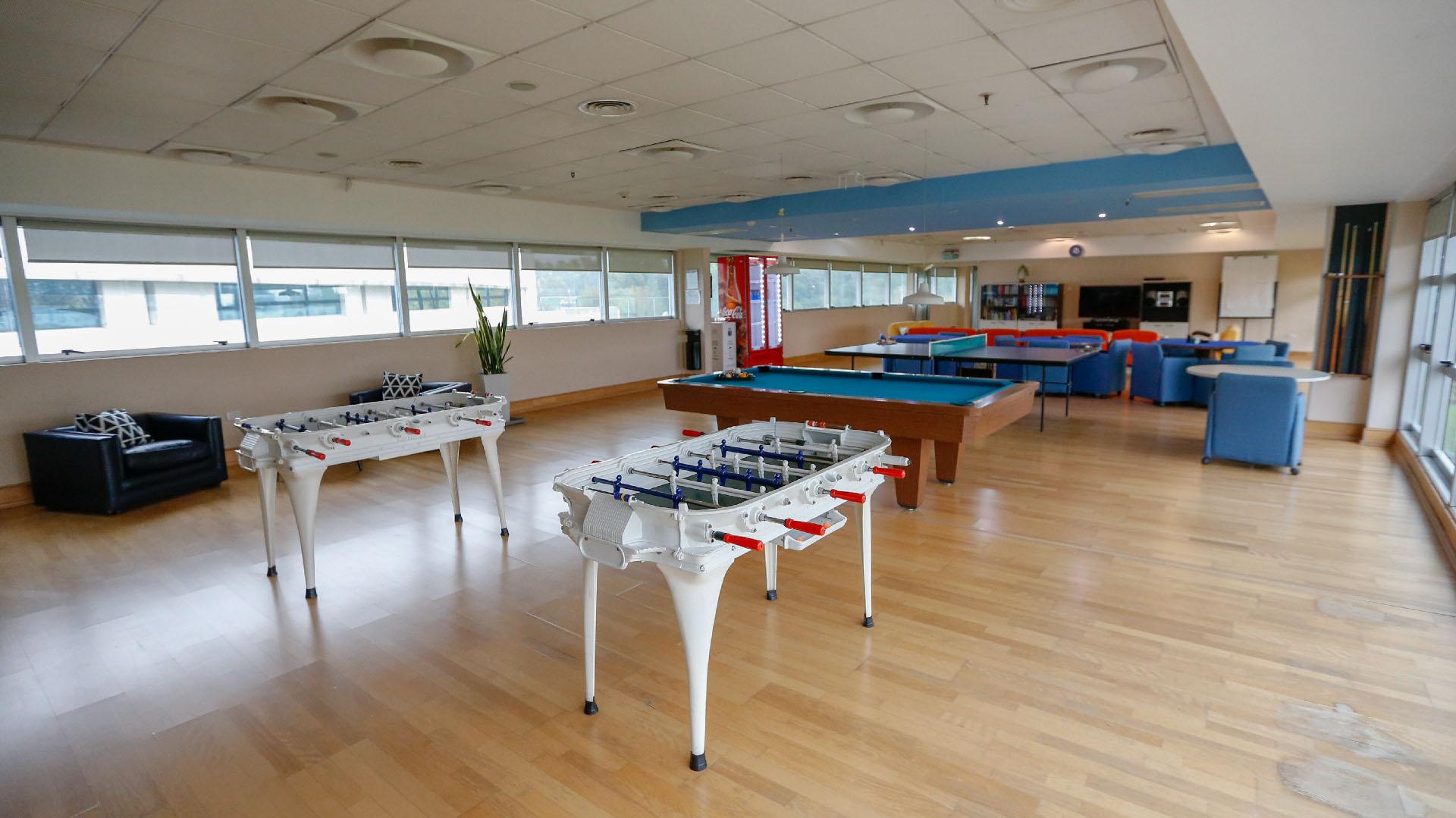 La sala de juegos cuenta con metegol, ping pong, pool y un led