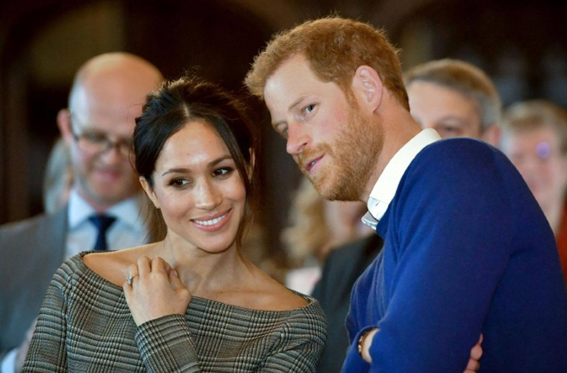 Meghan Markle con su prometido, el príncipe Harry, durante una visita a Cardiff, en Gales, el 18 de enero de 2018 (POOL/AFP – Ben Birchall)