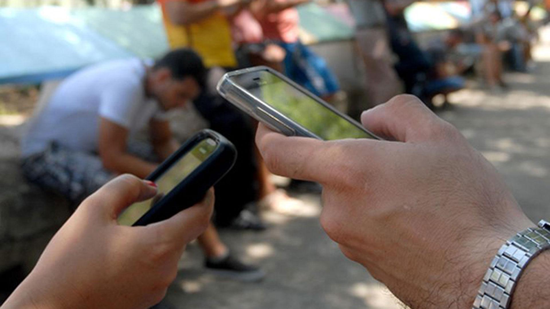Desde que en 2008 a los habitantes de la isla se les permitió comprar líneas móviles a su nombre, en el país ha florecido un mercado negro de teléfonos traídos del exterior o robados