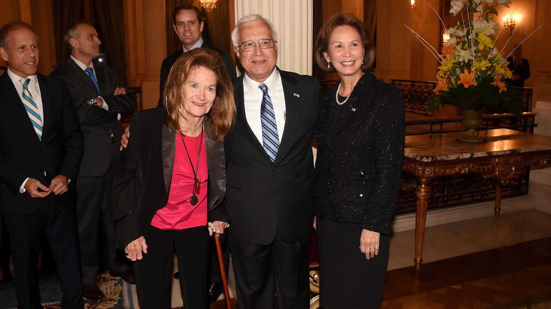La jueza de la Corte Suprema de Justicia de la Nación, Elena Highton de Nolasco, junto al embajador Edward Prado y su mujer María