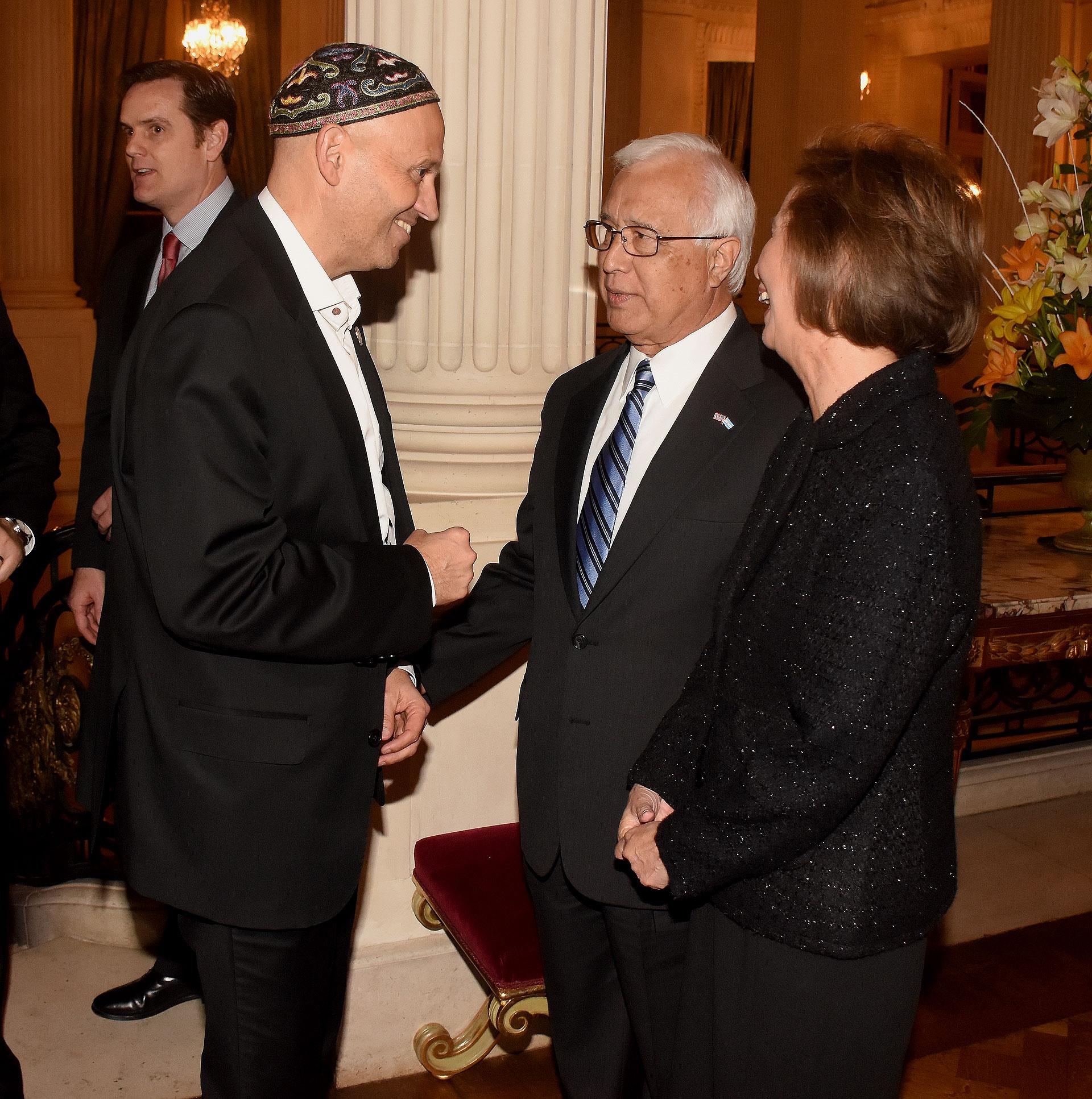 El ministro de Ambiente y Desarrollo Sustentable, Sergio Bergman, saluda al embajador Prado y a su esposa María