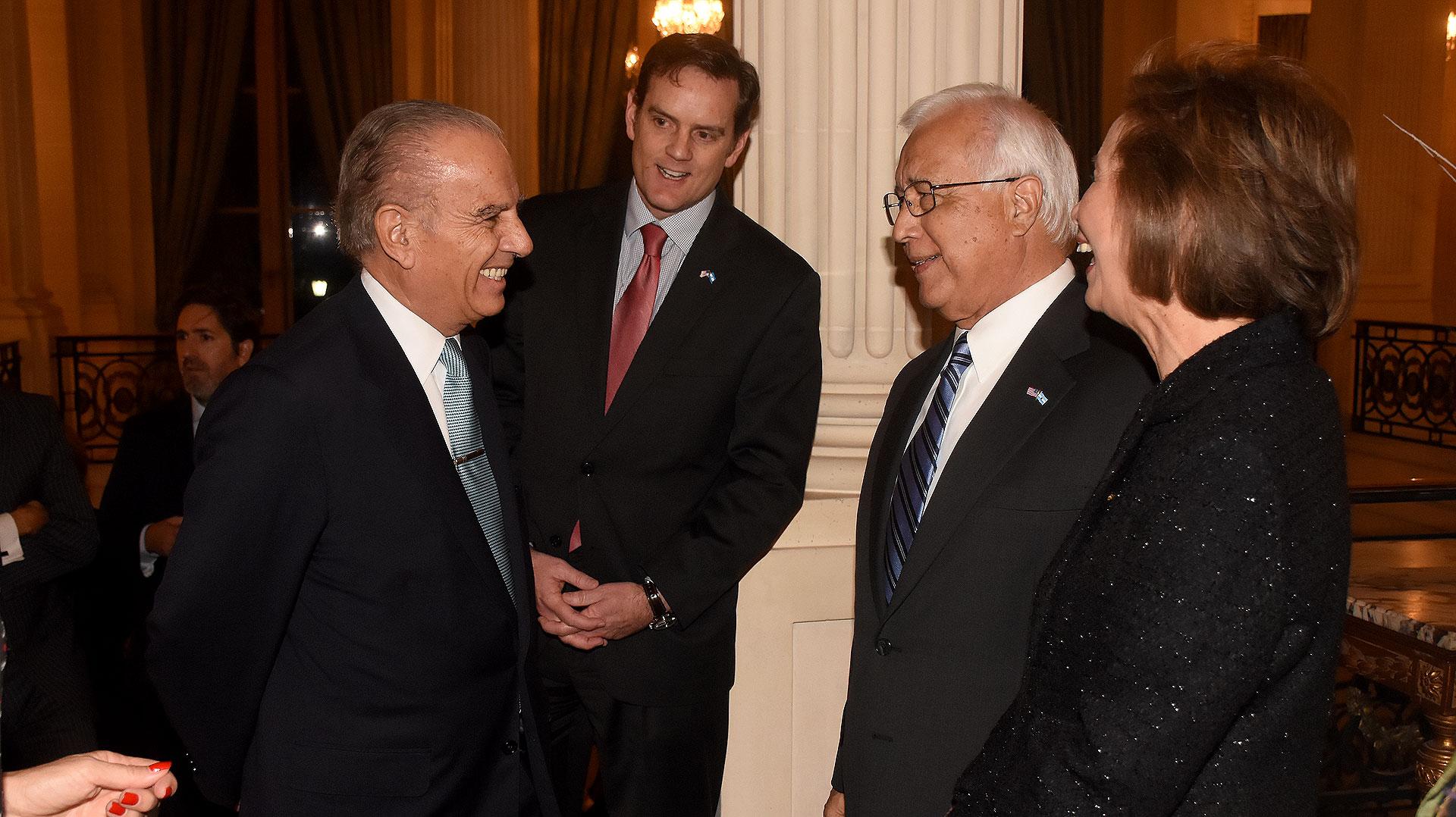 Alejandro Bulgheroni saluda a Tom Cooney, al embajador Prado y a su esposa María