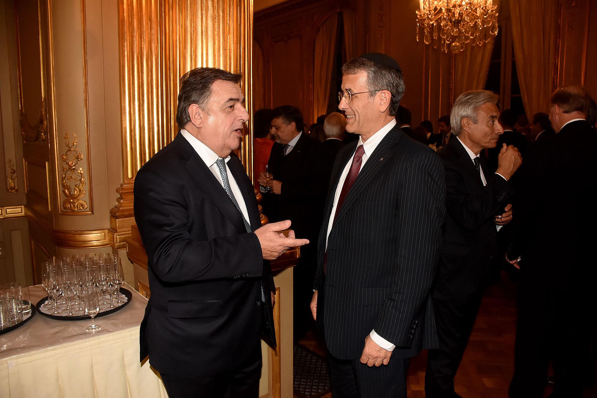 El diputado Mario Negri y el presidente de la AMIA, Agustín Zbar