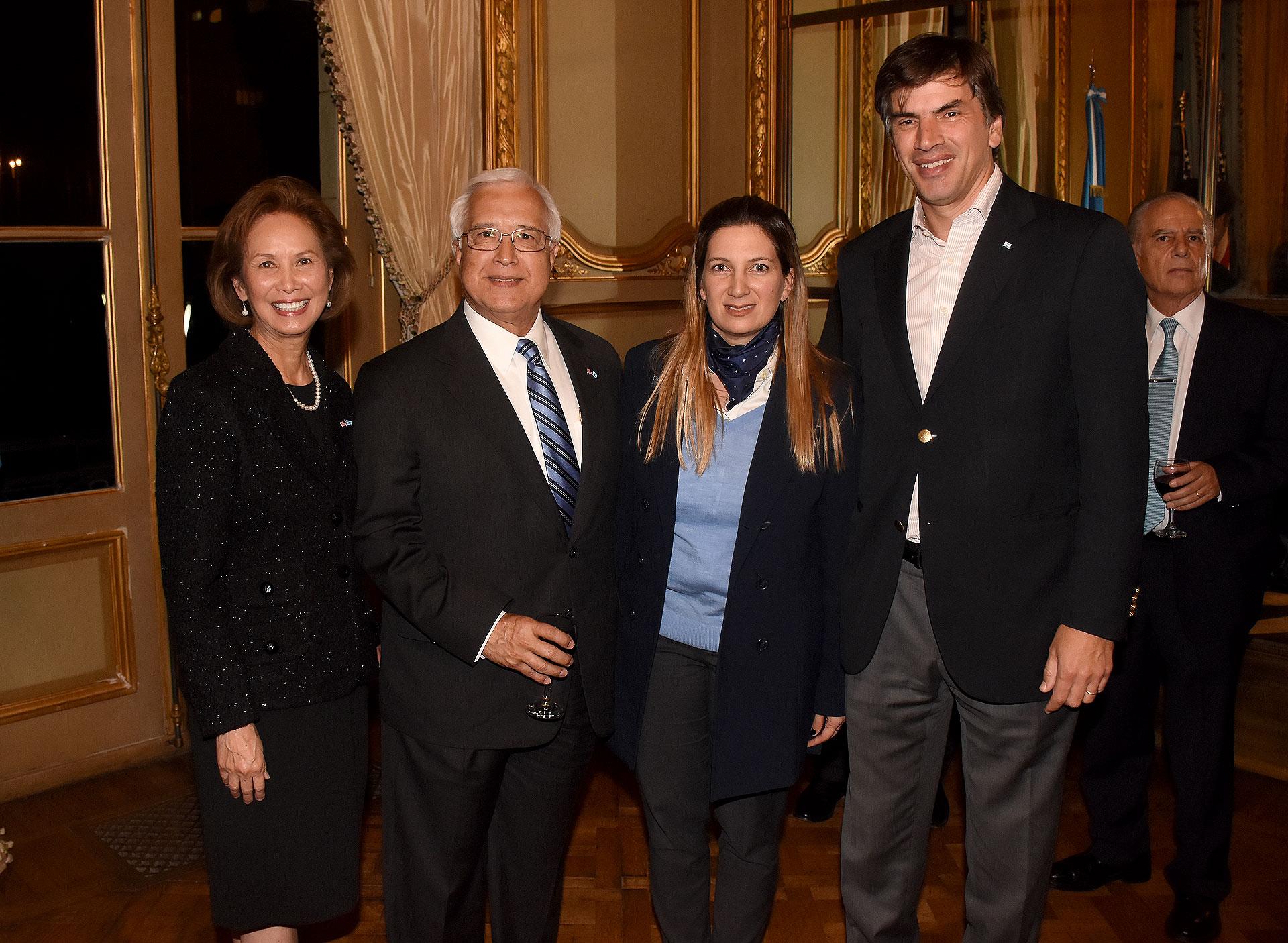 El secretario de Relaciones Económicas Internacionales, Horacio Reyser, junto al embajdor y su esposa