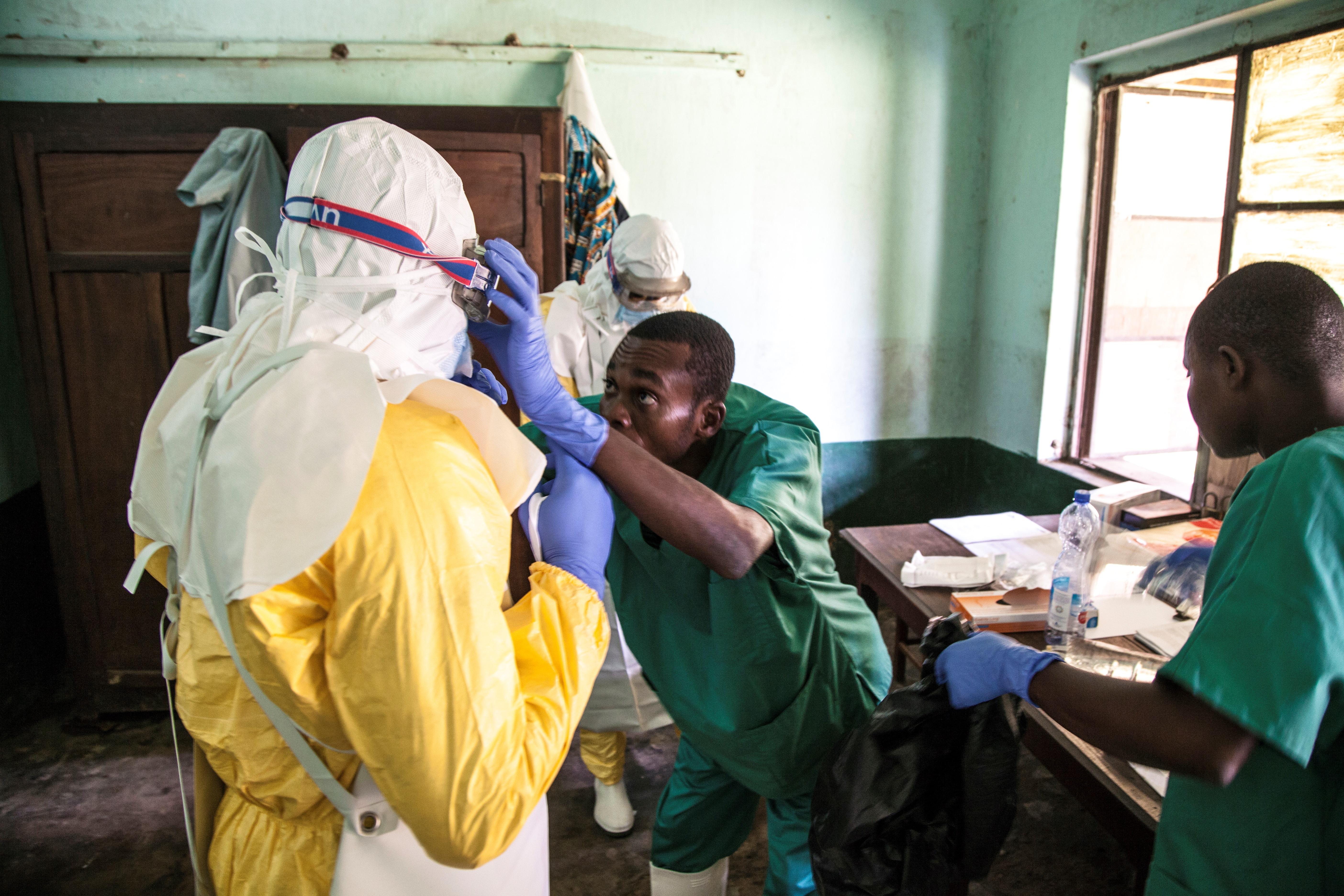 Operadores sanitarios se preparan para atender a un paciente contagiado por ébola en el hospital deBikoro Hospital (AFP/Unicef)