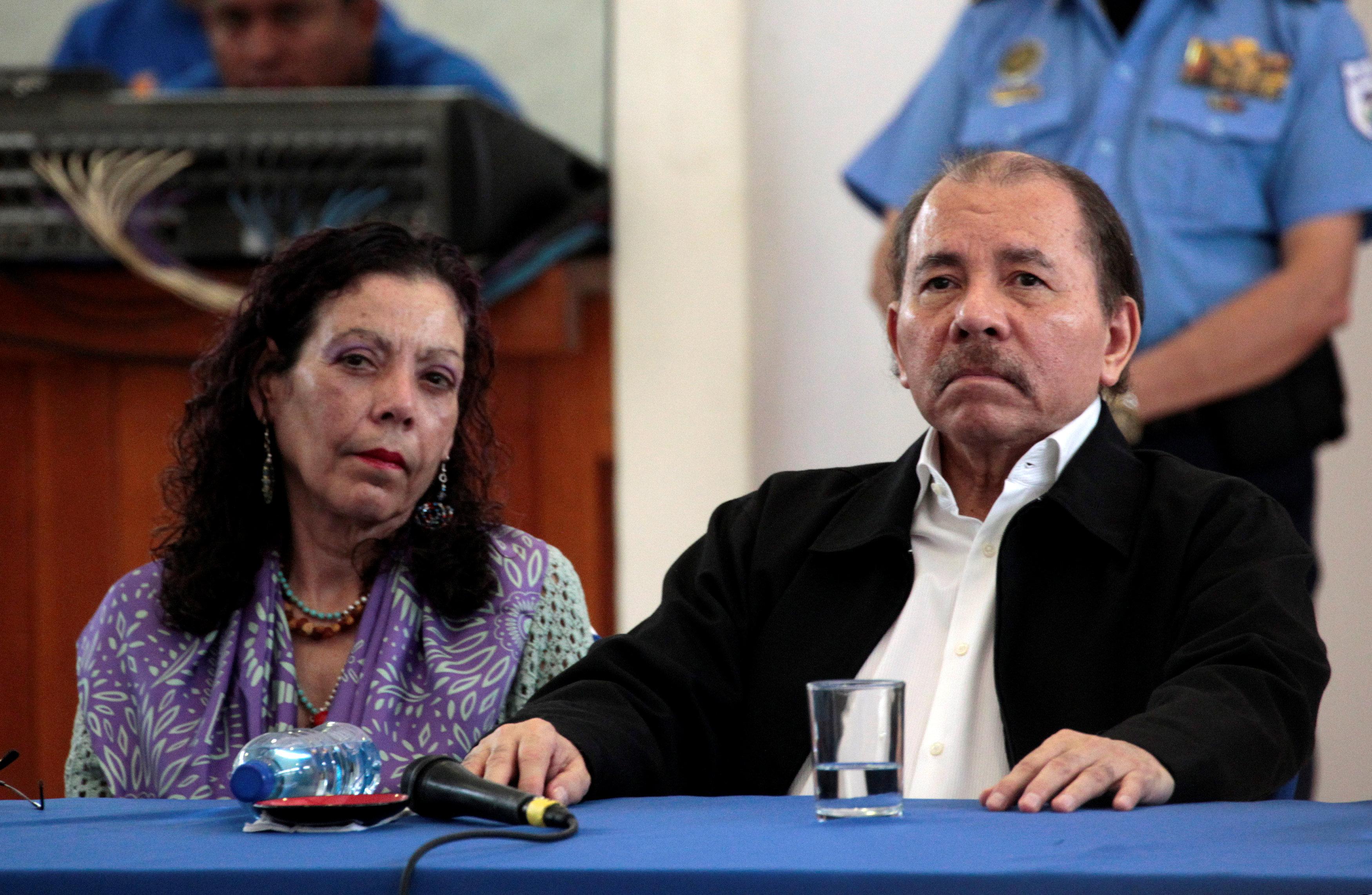 """La primera dama Rosario Murillo, detrás de los """"árboles de la vida"""", junto a su esposo el presidente de Nicaragua Daniel Ortega, quien ha lanzado una feroz represión contra estudiantes (Reuters)"""