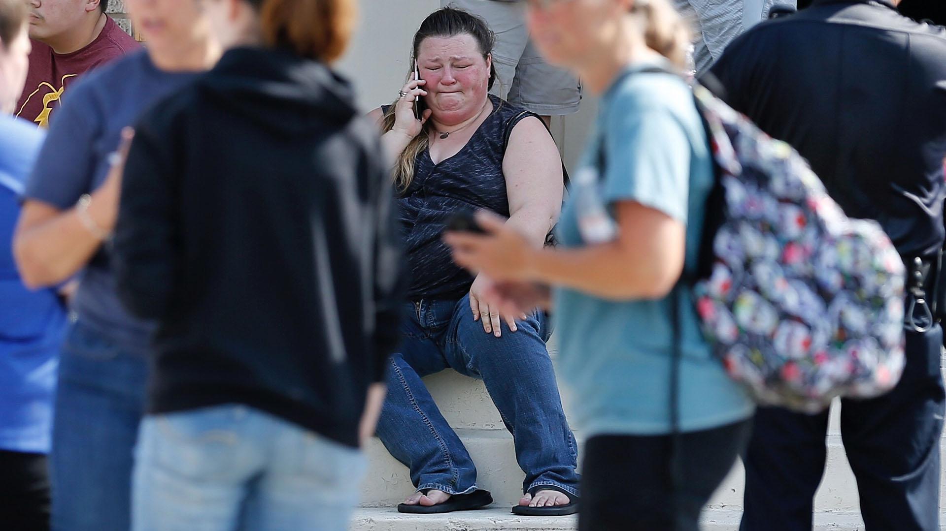 Los familiares de los estudiantes, desesperados, buscan información sobre los menores en las afueras del campus (AP)
