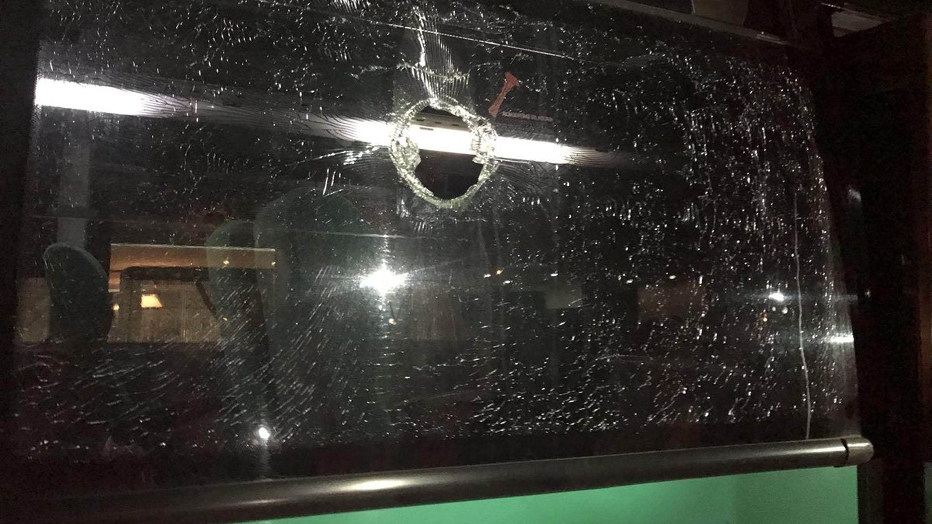 El vidrio por el que entró la bala en el ómnibus quedó astillado (@mluna91)