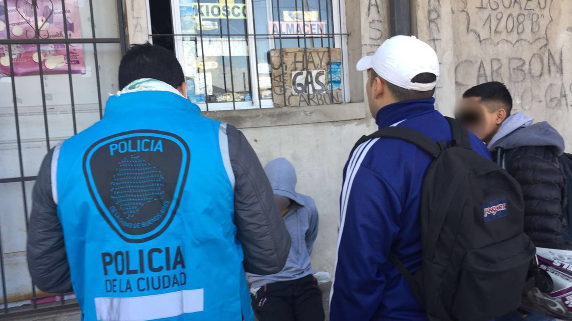 Un agente de la Policía de la Ciudad, junto a los dos detenidos