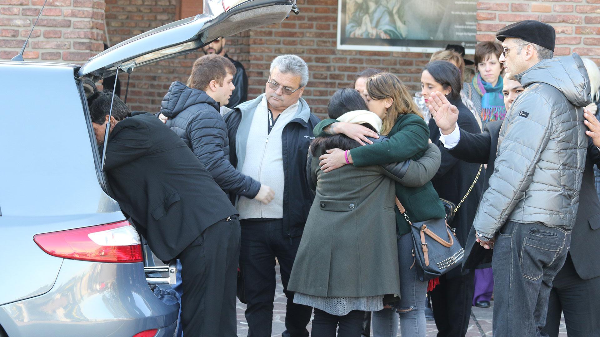 Dolor por la despedida de los restos de Carlo Di Domenico